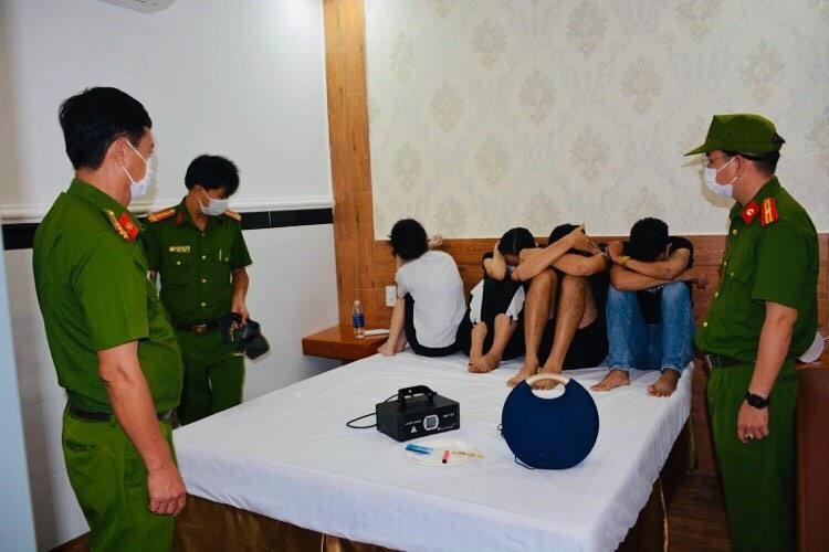 Lực lượng Công an kiểm tra tại các phòng khách sạn có khách sử dụng trái phép chất ma túy