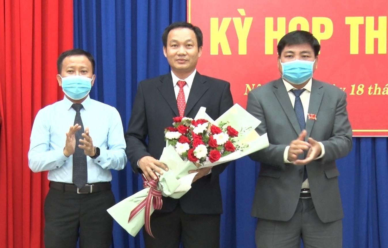 Lãnh đạo huyện Nông Sơn tặng hoa chúc mừng đồng chí Ngô Văn Sỹ tái cử chức danh Chủ tịch HĐND huyện. Ảnh MINH THÔNG