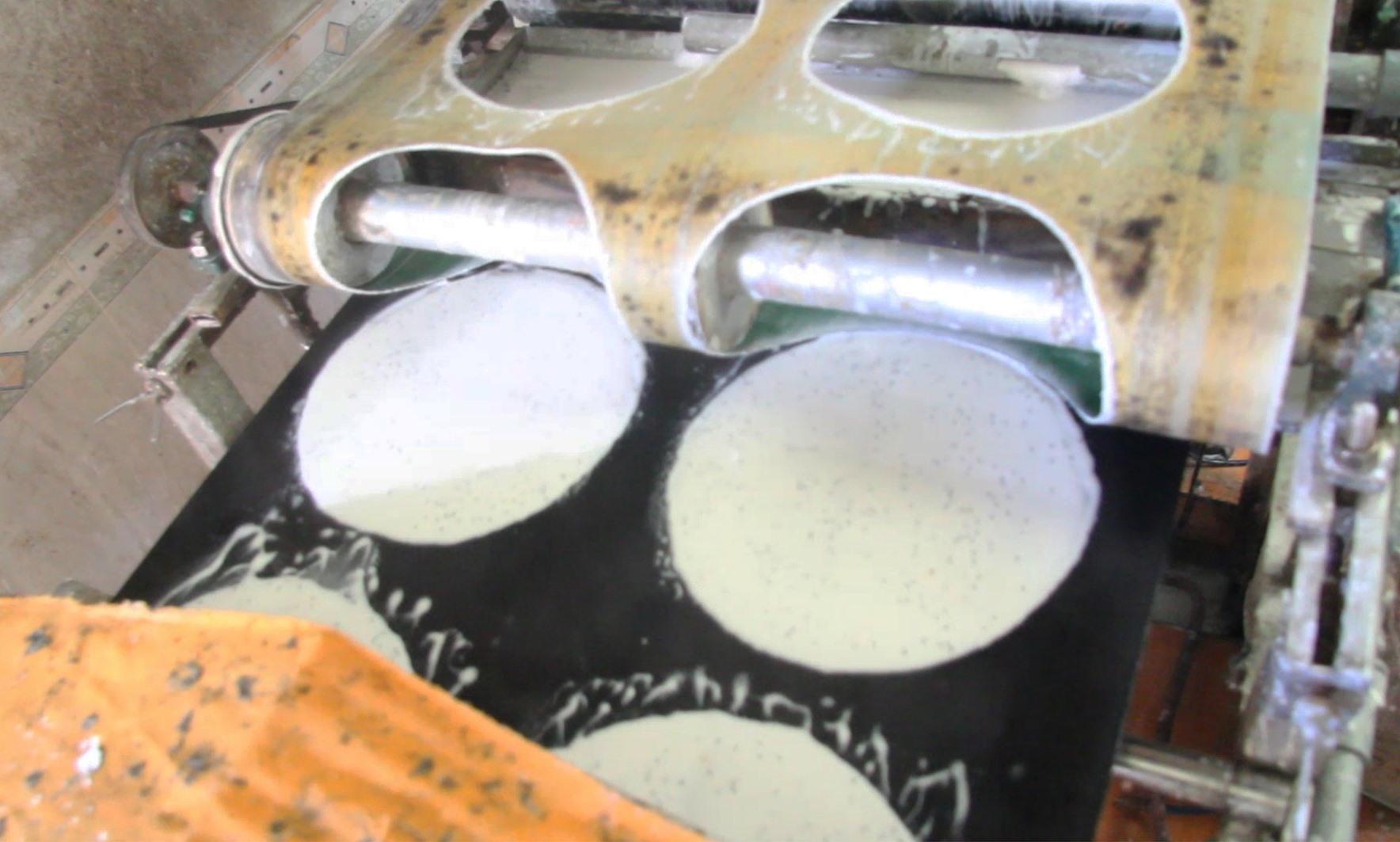 Chiếc bánh được tráng được cắt ra từ một khâu tự động do máy móc đảm nhiệm