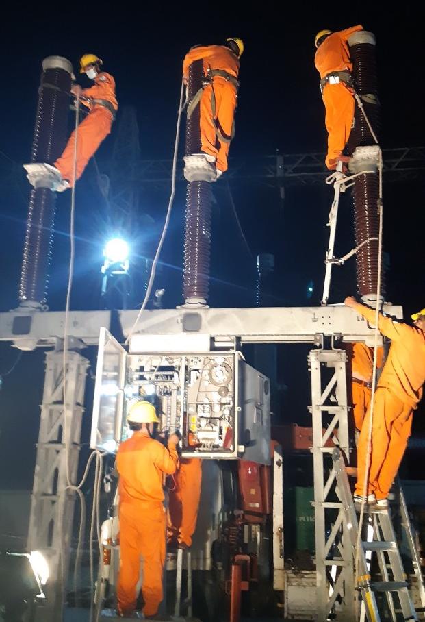 PC Quảng Nam tu sửa lưới điện.