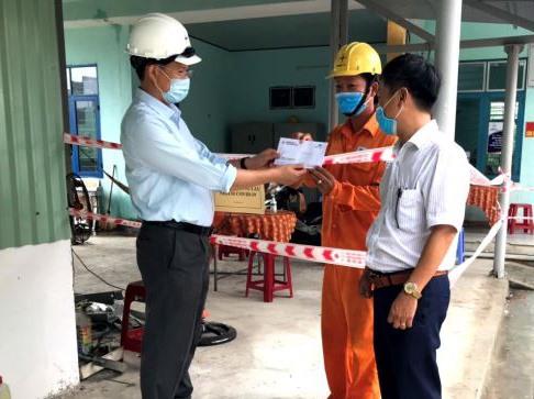 Giám đốc PC Quảng Nam Nguyễn Hữu Khánh thăm công nhân Đội quản lý vận hành điện lực.