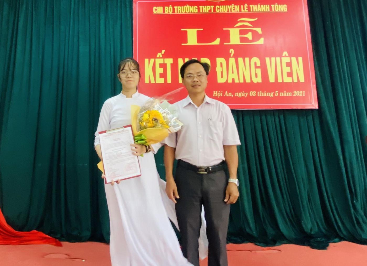 Kim Ngân - học sinh đầu tiên của Trường THPT chuyên Lê Thánh Tông được kết nạp Đảng. Ảnh: C.B