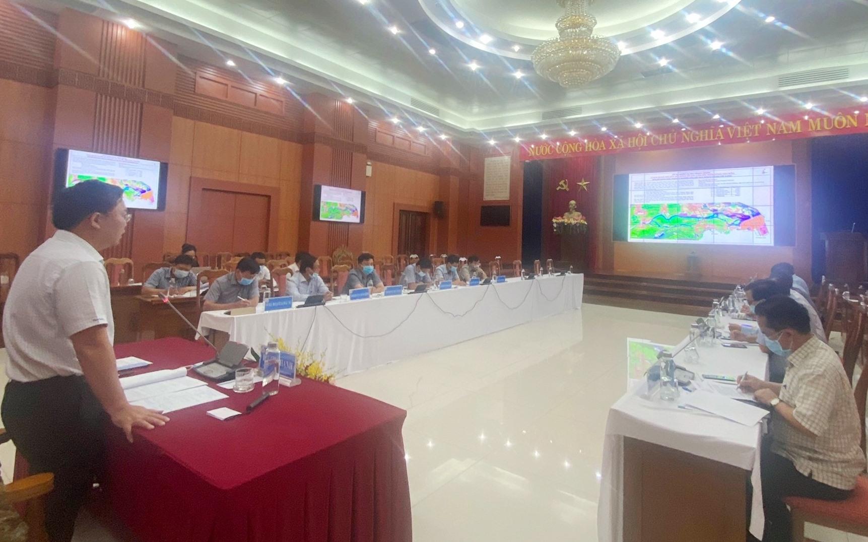 Chủ tịch UBND tỉnh Lê Trí Thanh chủ trì cuộc họp. Ảnh: H.P