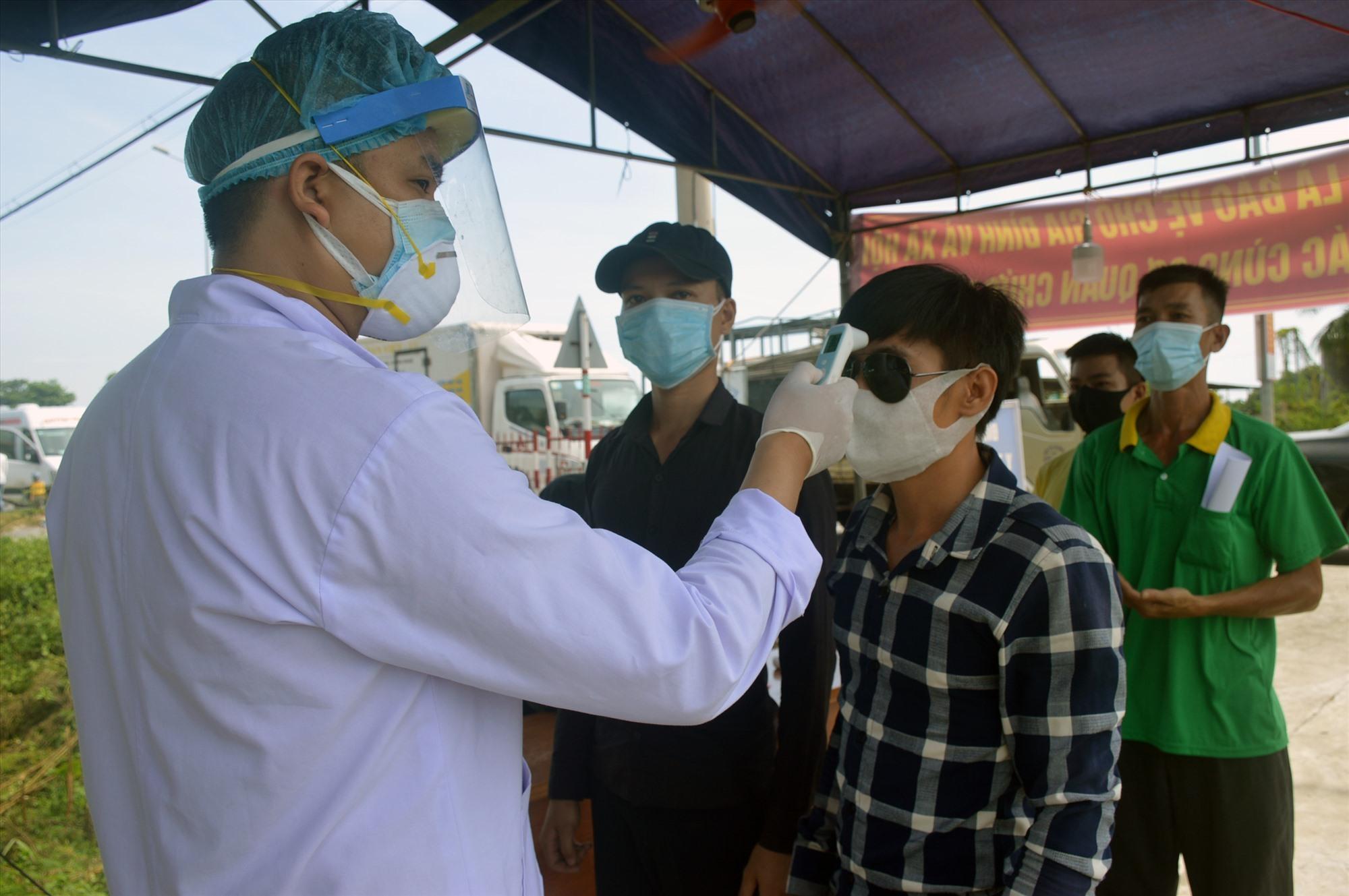 Kiểm soát và tổ chức khai báo y tế đối với người từ TP. Đà Nẵng về Quảng Nam. Ảnh: Q.T