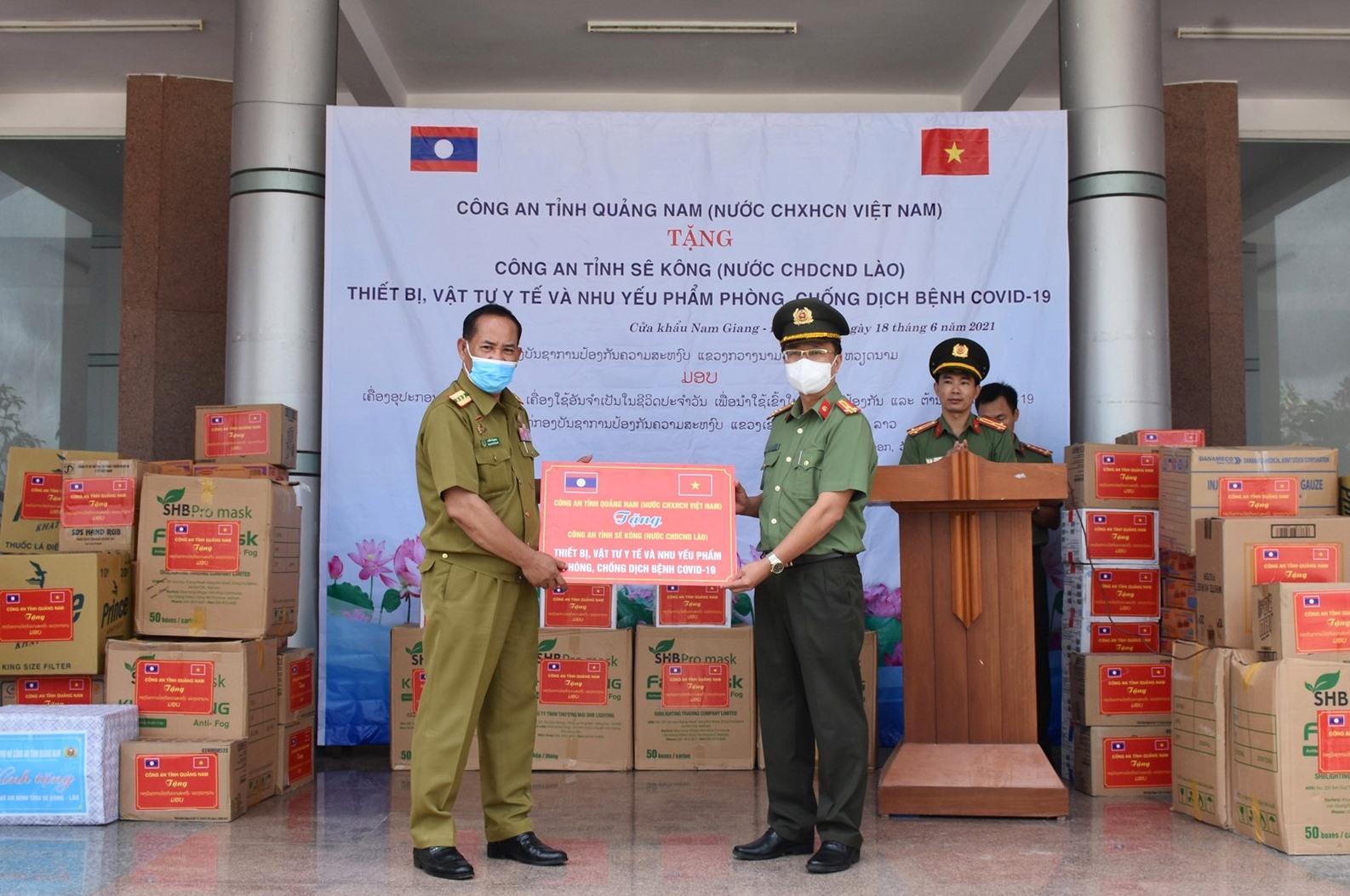 Thượng tá Nguyễn Thành Long tặng trang thiết bị, vật tư y tế phòng chống Covid-19 cho Công an tỉnh Sê Kông. Ảnh: Q.H