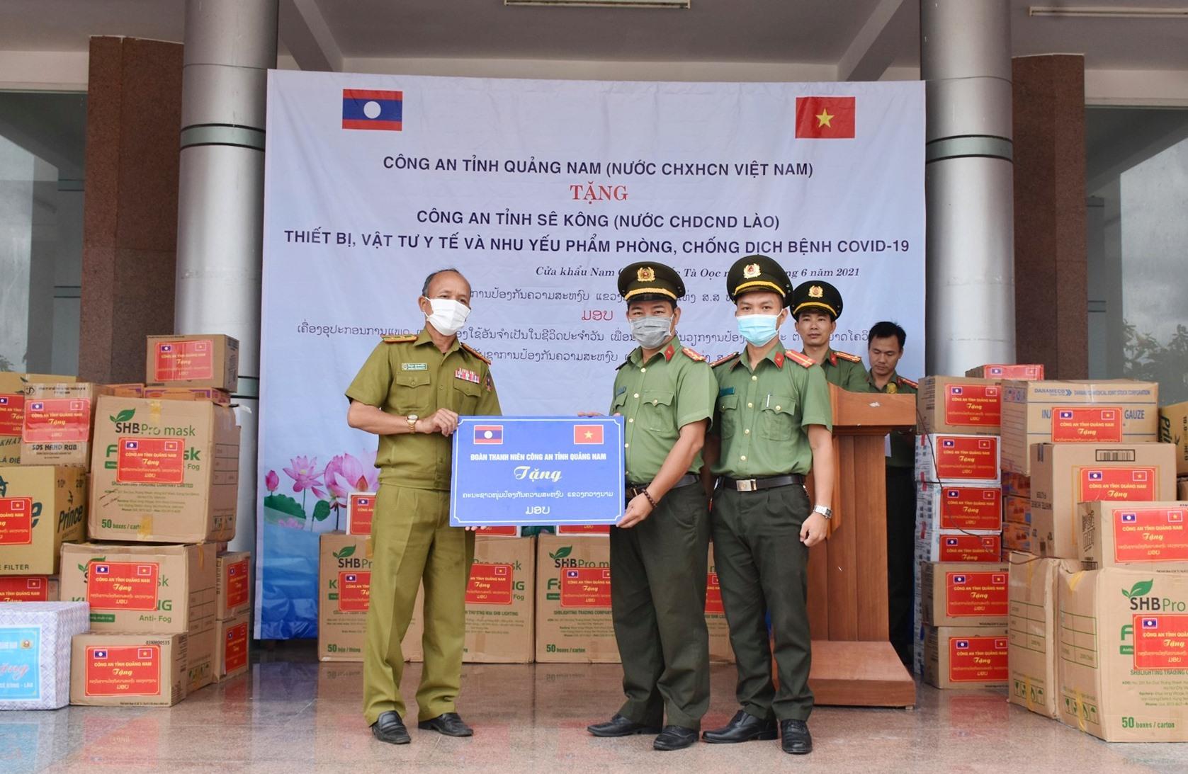 Đoàn thanh niên Công an tỉnh cũng tặng quà cho Công an tỉnh Sê Kông. Ảnh: Q.H