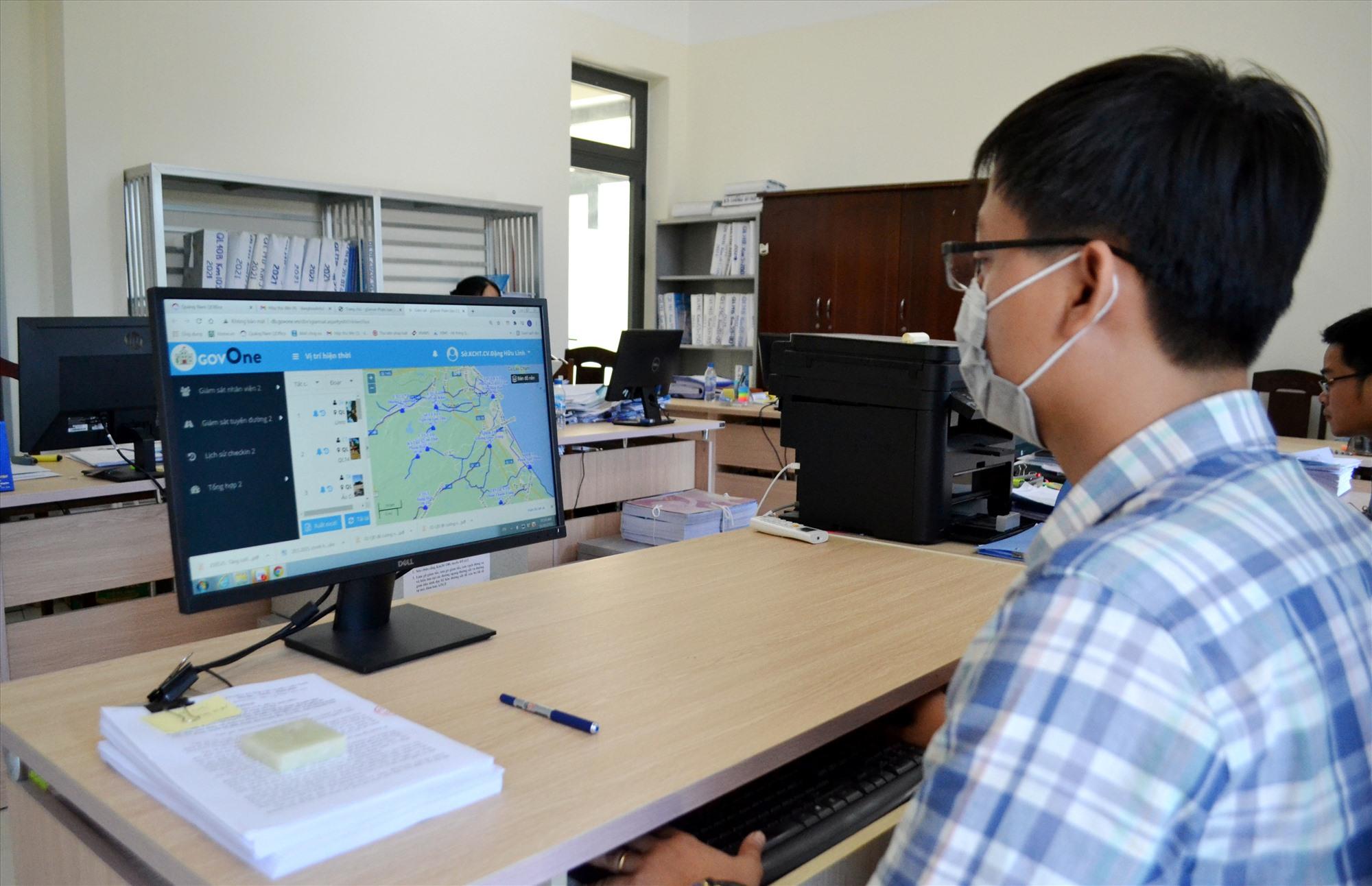 Chuyên viên Sở GTVT theo dõi phần mềm Govone sẽ nắm được hiện trạng từng tuyến đường. Ảnh: T.C.T