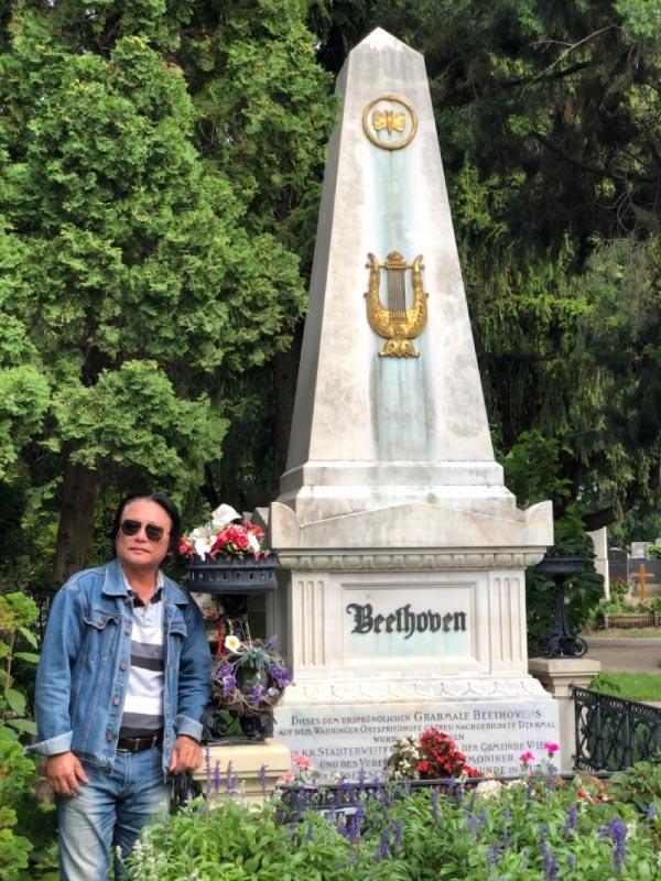 Huỳnh Ngọc Chiến bên mộ Beethoven, tại thành phố Vienna, Áo, 2019