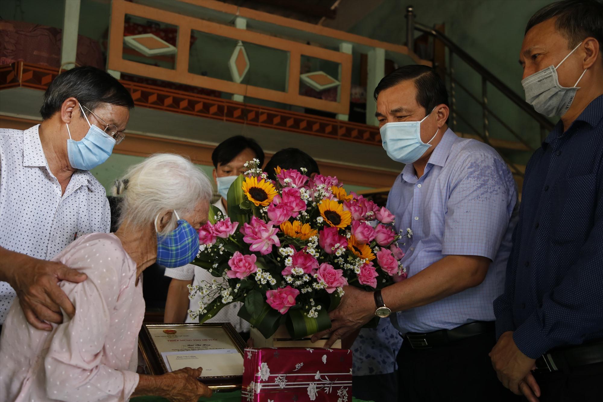 Bí thư Tỉnh ủy Phan Việt Cường tặng thiếp mừng thọ, hoa và quà cho cụ Bùi Thị Hoa tại xã Tam Xuân 1, Núi Thành.