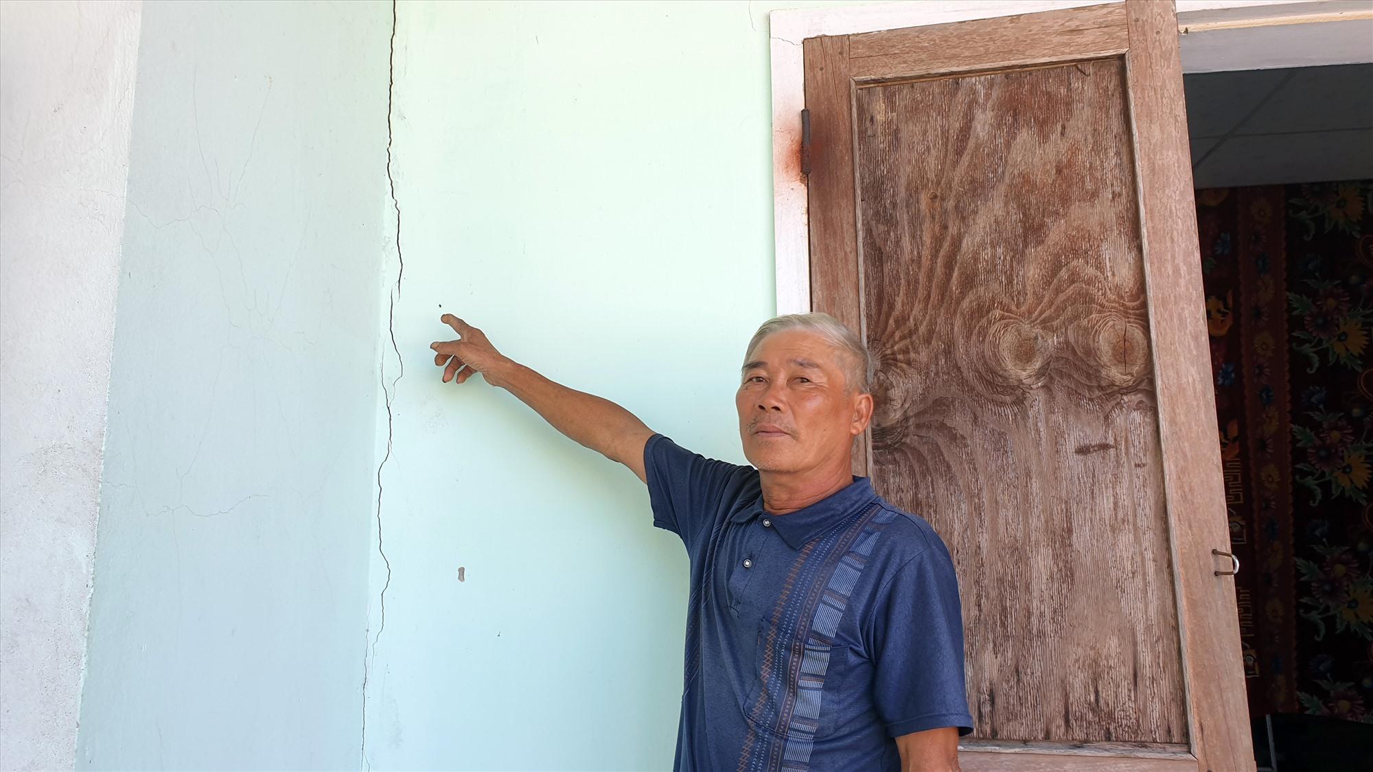 Nhiều hộ dân tại xã Duy Hải bị hư hỏng nhà cửa nhưng không sửa chữa được vì nằm trong vùng quy hoạch. Ảnh: T.N