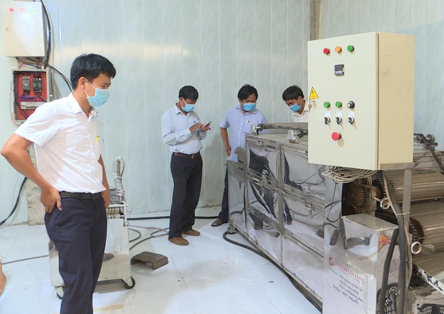 Tham quan cơ sở chế biến mực tẩm ướp gia vị từ nguyên liệu mực xà khô. Ảnh: VĂN PHIN