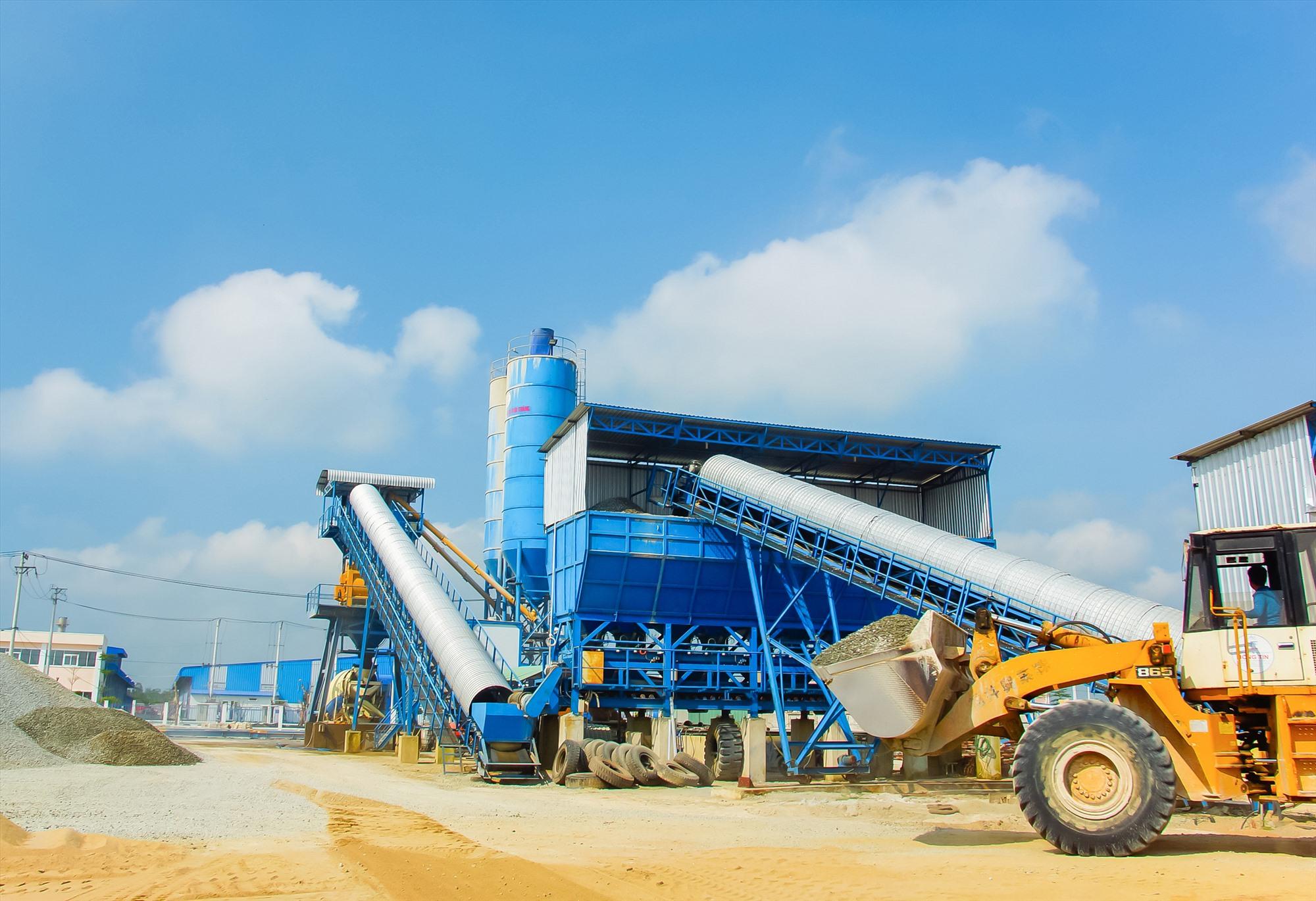 Theo đánh giá của UBND tỉnh, tình hình sản xuất công nghiệp trên địa bàn tỉnh 5 tháng đầu năm có nhiều khởi sắc. TRONG ẢNH: Hoạt động sản xuất tại Khu công nghiệp Tam Thăng (TP.Tam Kỳ). Ảnh: PHƯƠNG THẢO