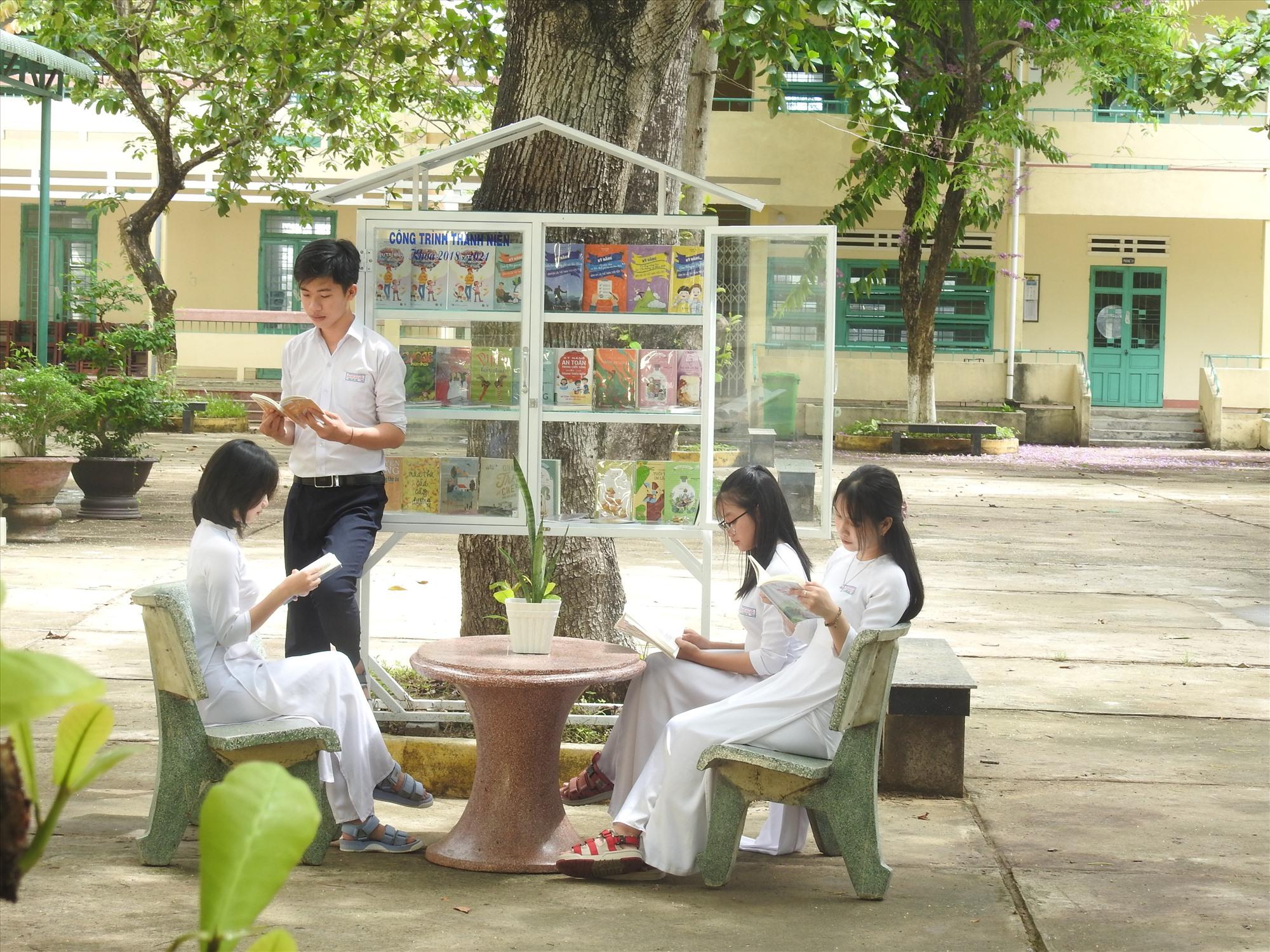 """""""Cây sách"""" ở sân trường Trường THPT Nguyễn Duy Hiệu. Ảnh: K.V"""