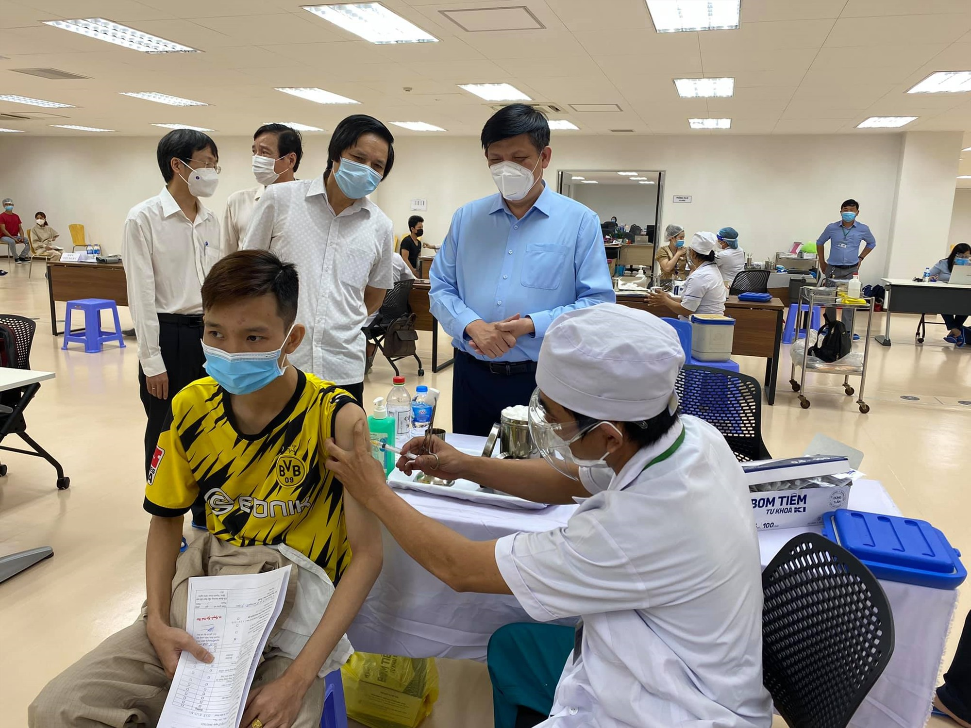 Bộ trưởng Bộ Y tế Nguyễn Thanh Long theo dõi quy trình tiêm vắc xin phòng Covid-19. Ảnh: ncov.moh.gov.vn