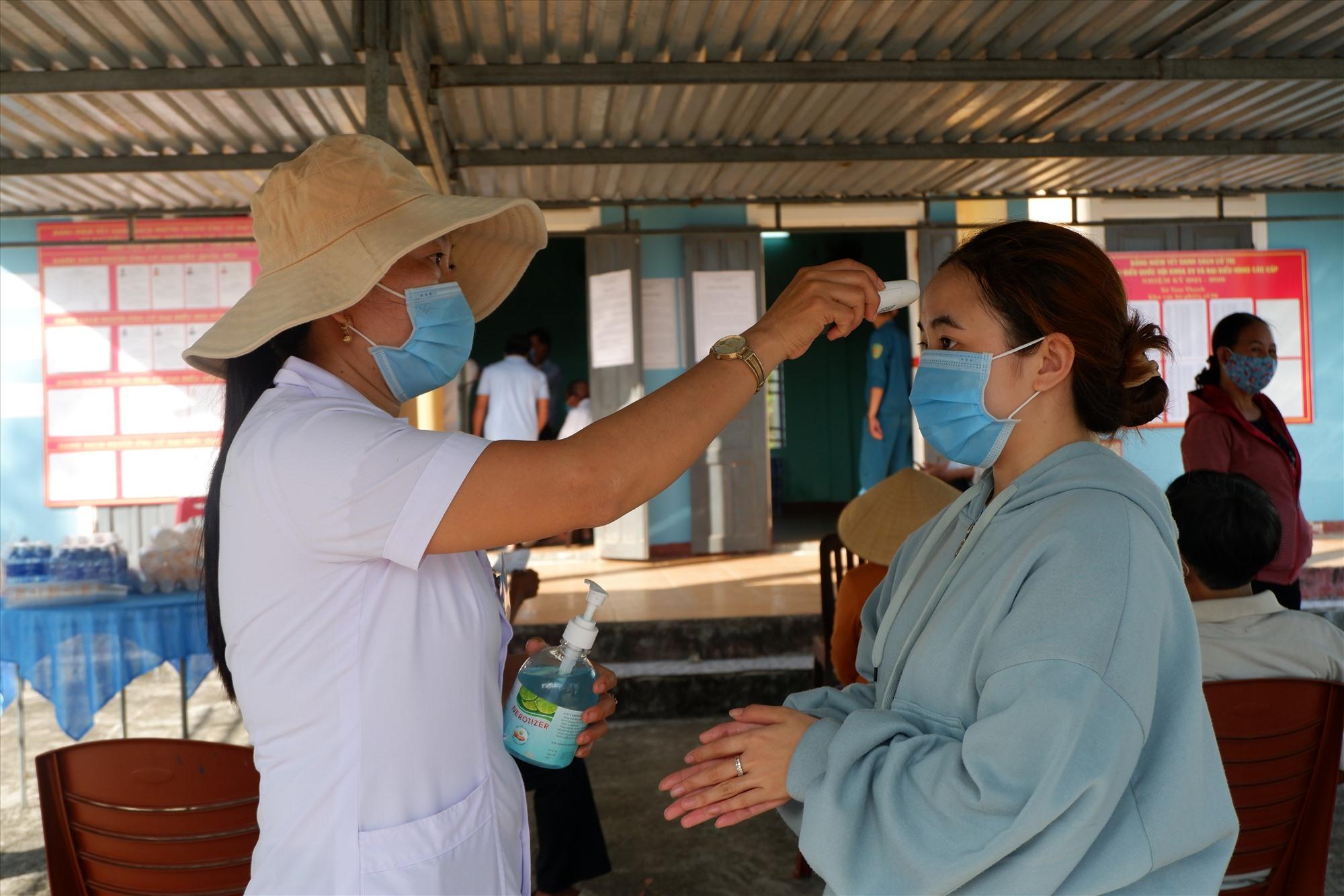 Quảng Nam tăng cường kiểm soát, giám sát chặt chẽ người về địa phương. Ảnh: X.H