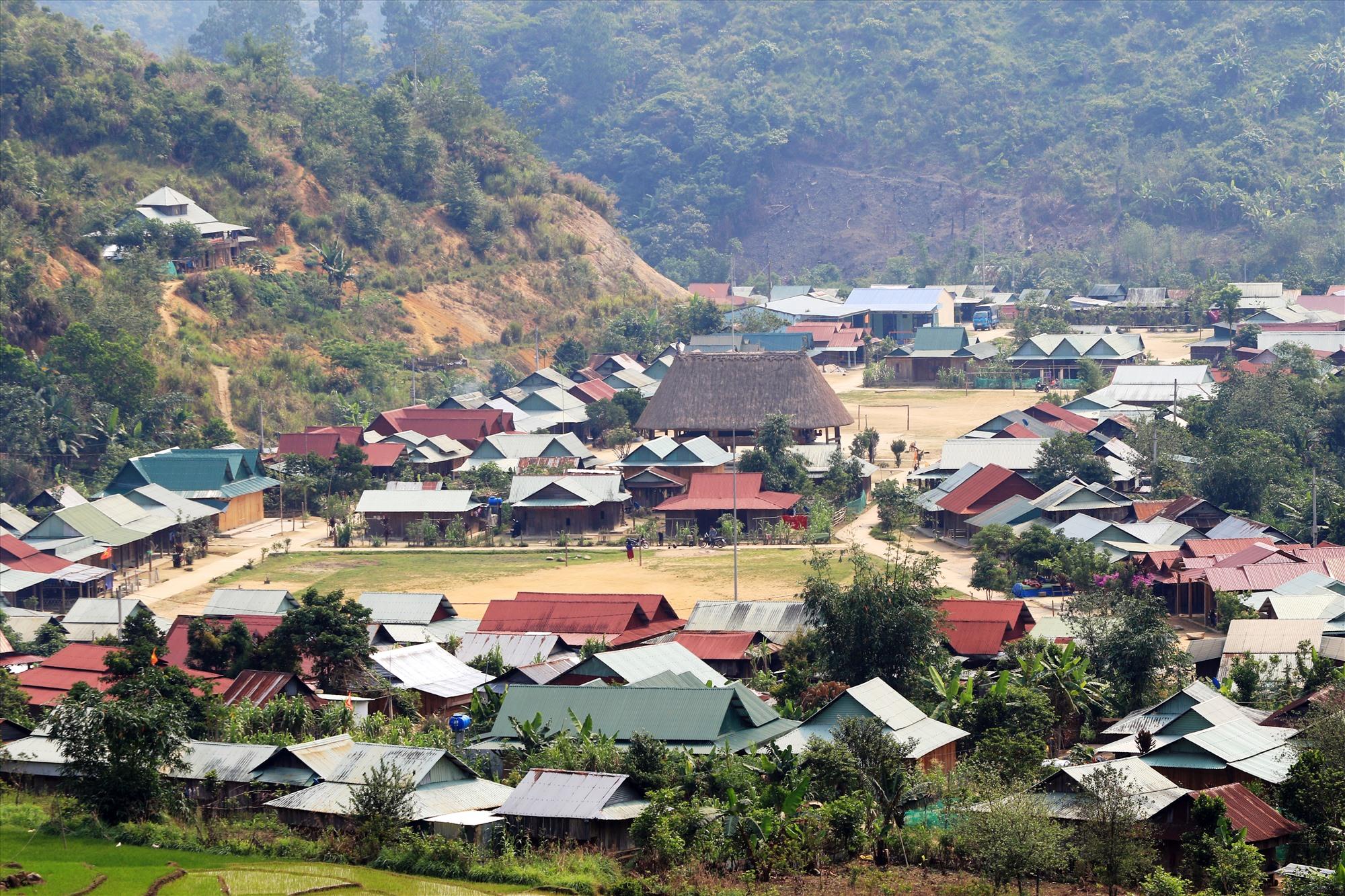 Một góc khu tái định cư ở vùng cao Tây Giang. Ảnh: GIANG NGỌC