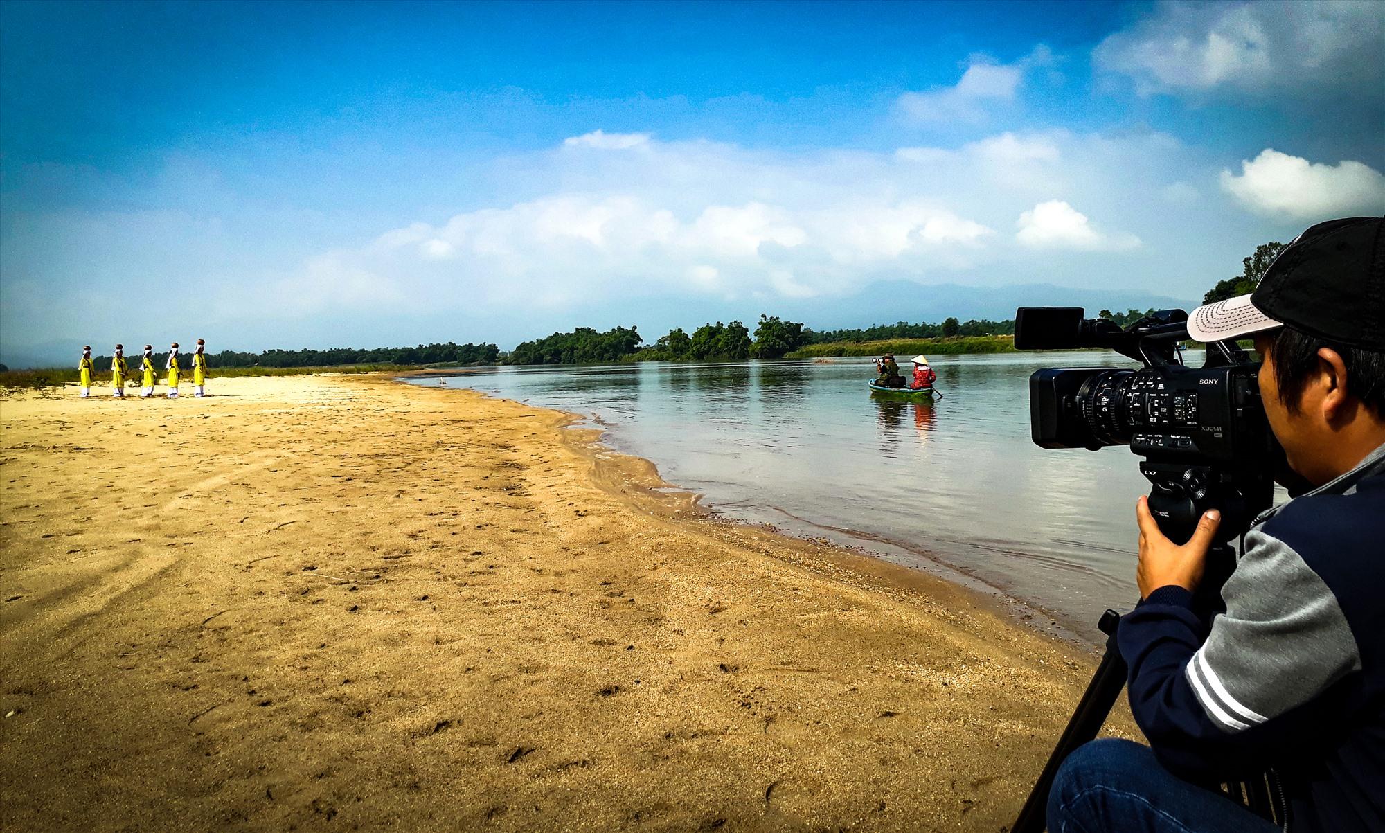 """Một cảnh quay trong phim tài liệu """"Lễ hội của dòng sông"""". Ảnh: ĐẶNG TRƯƠNG"""