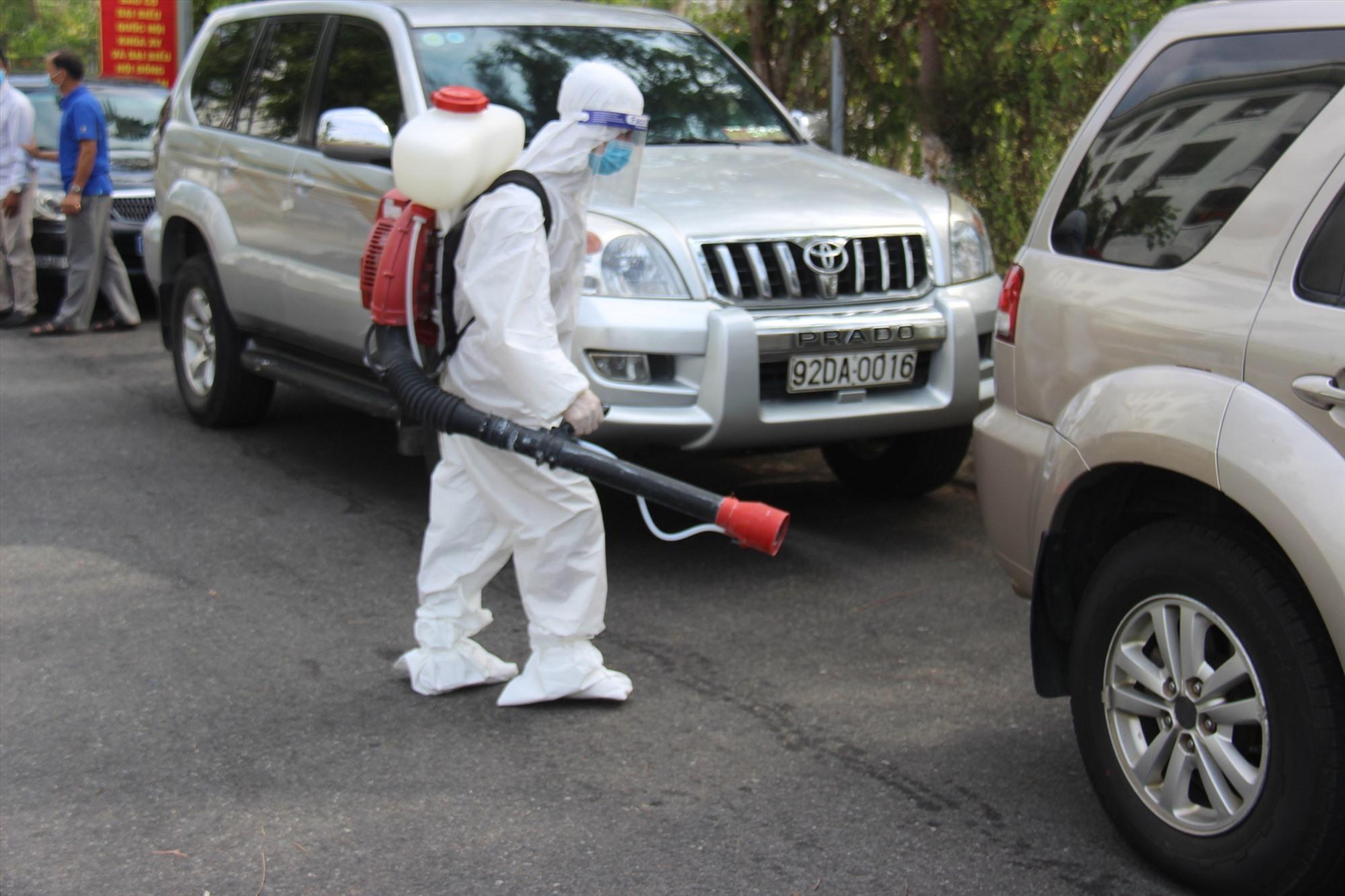 Huyện Duy Xuyên đã tiến hành khử khuẩn các địa điểm liên quan ca bệnh. Trong anh, Quảng Nam nhanh chóng khử khuẩn tại các khu vực dịch tễ ghi nhân. Ảnh: X.H