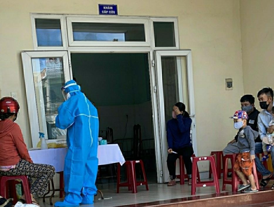 Đội cơ động đáp ứng nhanh của CDC Quảng Nam hỡi trợ Trung tâm Y tế Duy Xuyên lấy mẫu các trường hợp F1.