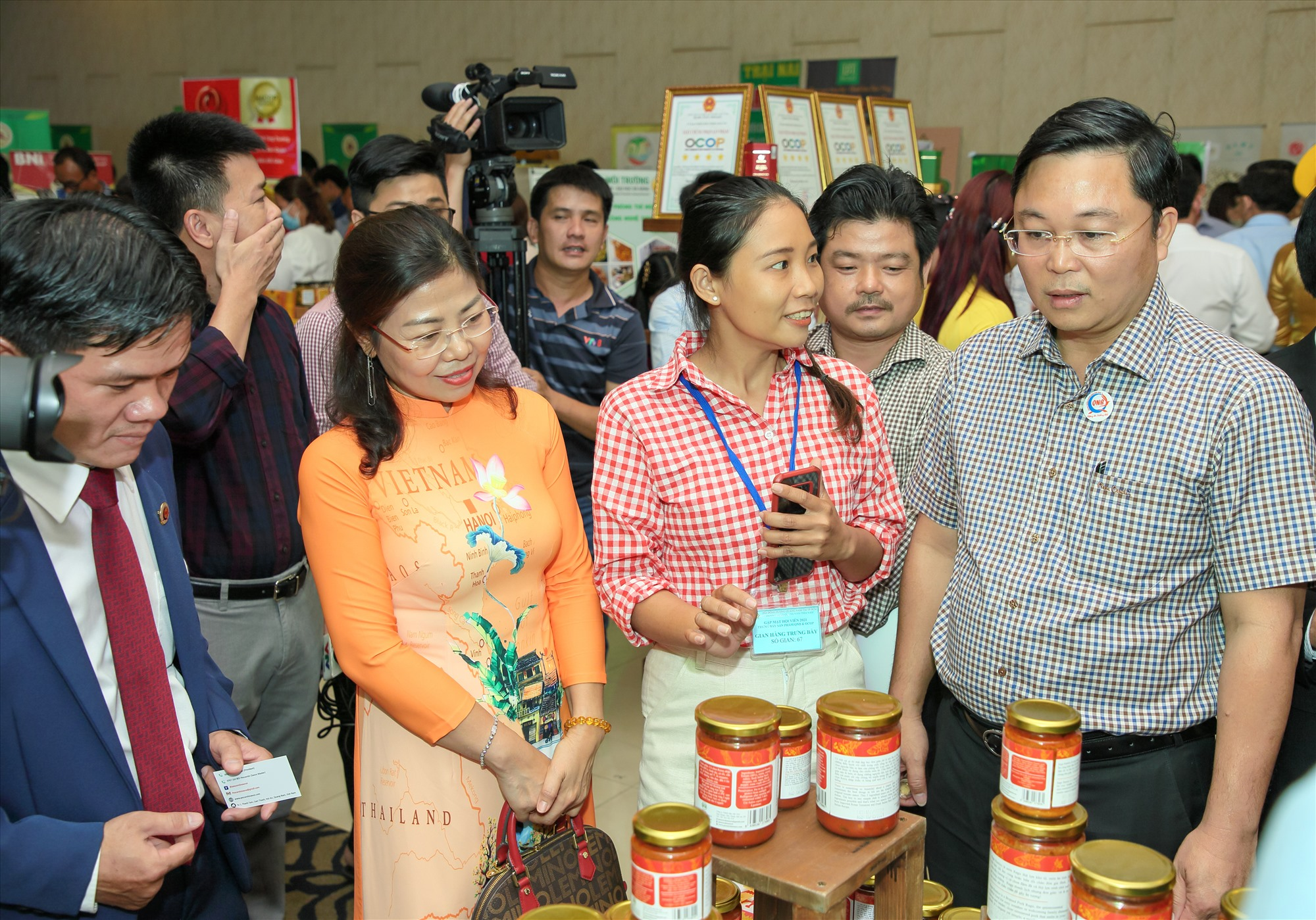 Lãnh đạo tỉnh tham quan các quầy trưng bày sản phẩm OCOP, sản phẩm khởi nghiệp của Quảng Nam tại TP.Hồ Chí Minh. Ảnh: QNB