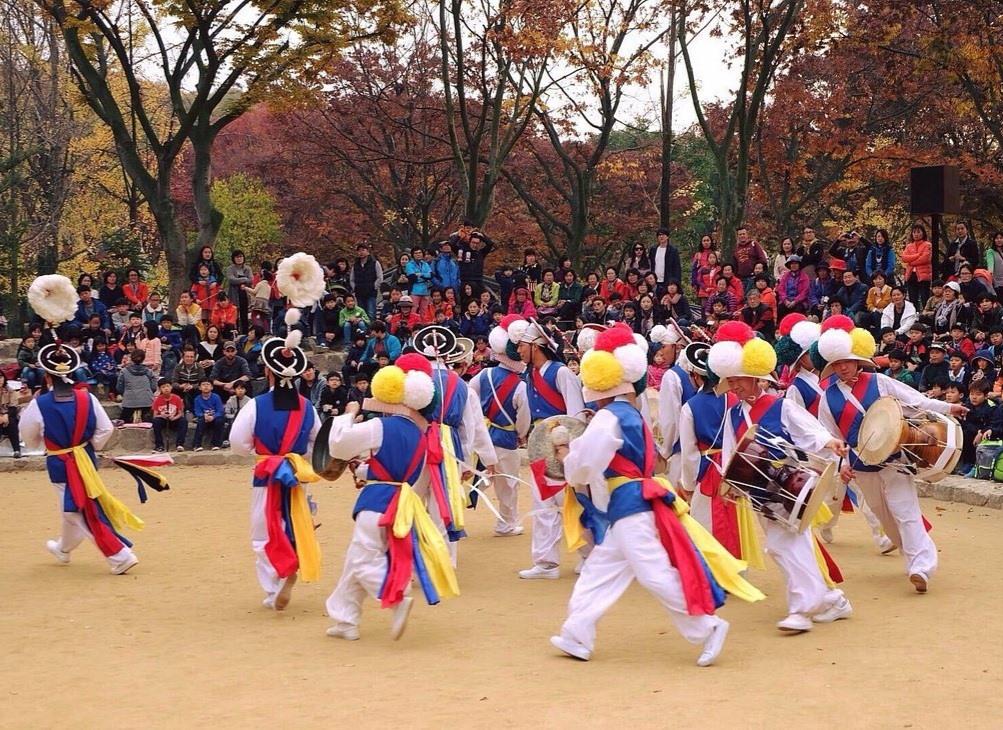 Trình diễn múa dân gian Hàn Quốc ở làng Minsokchon. Ảnh: tripadvisor
