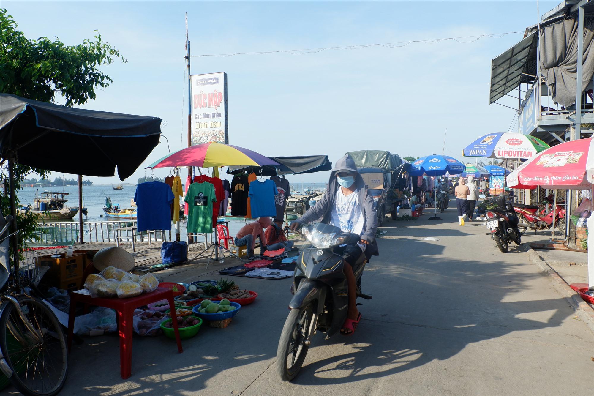 Khu chợ ven đường ở bến cá An Lương (xã Duy Hải). Ảnh: X.HIỀN