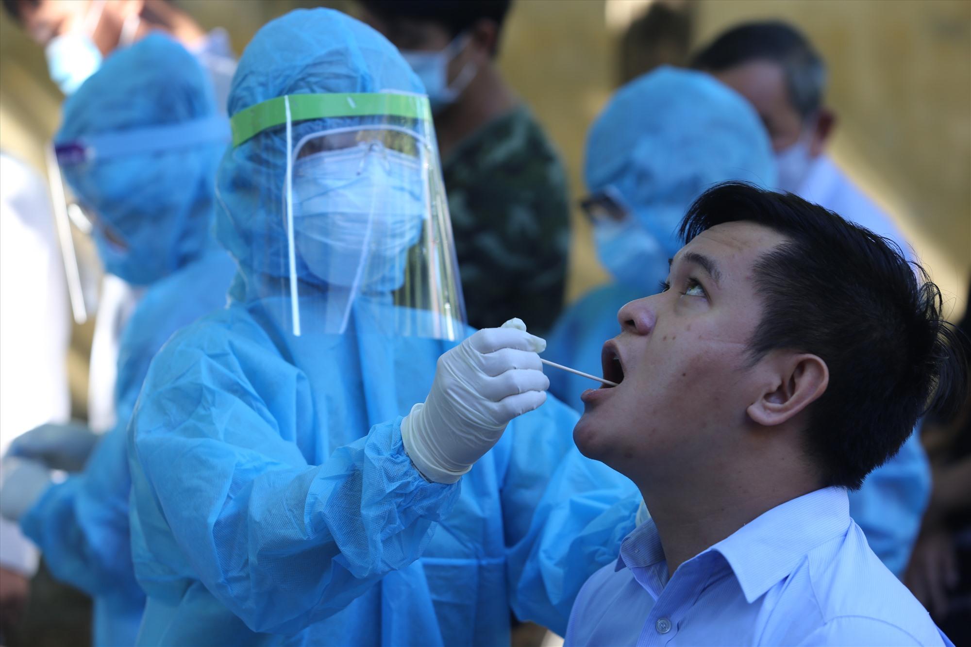 Cơ quan chức năng lấy mẫu xét nghiệm Covid-19 cho các phóng viên, nhà báo trên địa bàn Quảng Nam trong đợt dịch Covid-19 thứ hai vào giữa năm 2020.Ảnh: P.G