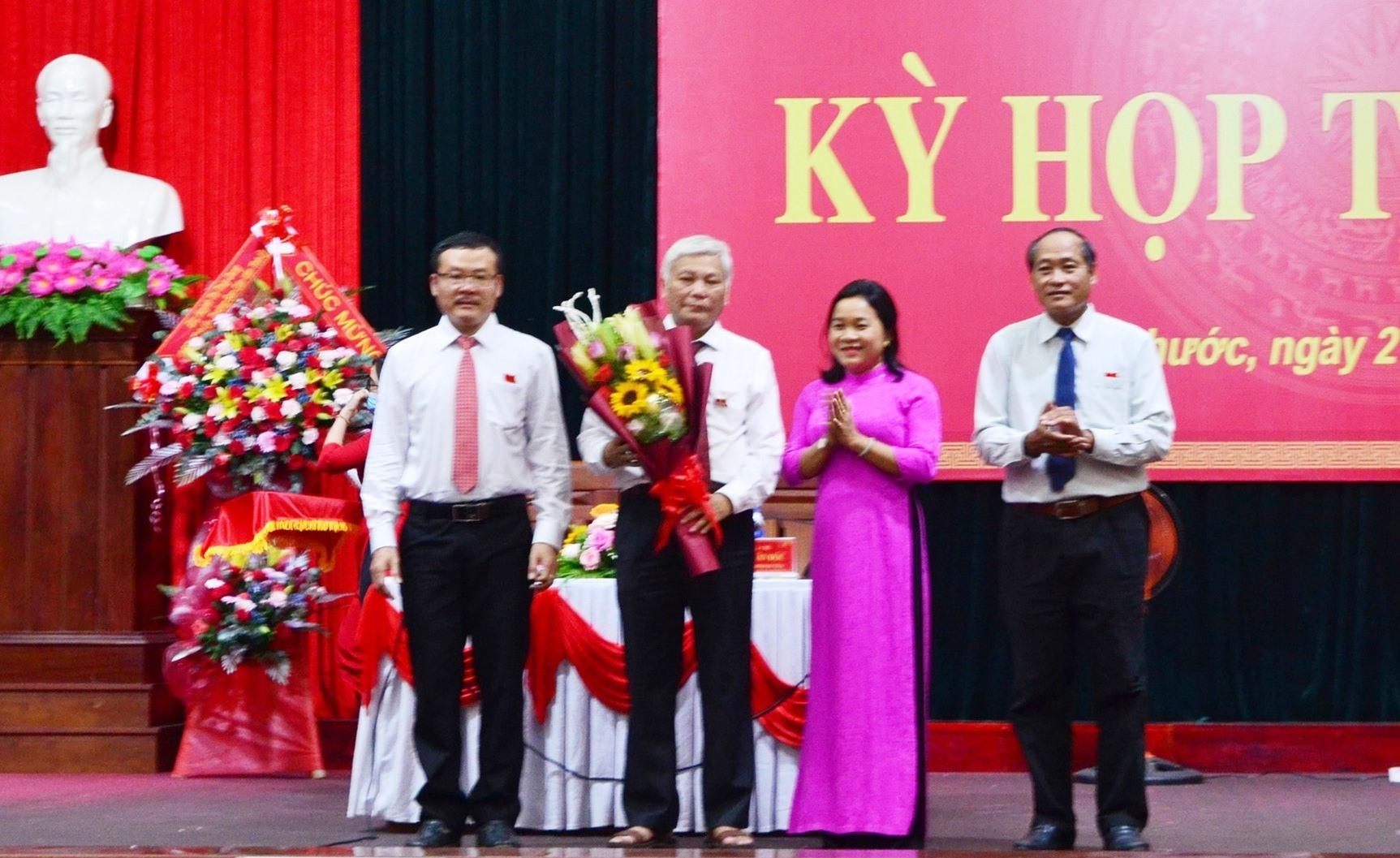 Ông Phạm Văn Đốc (đứng giữa) tái đắc cử Chủ tịch HĐND huyện Tiên Phước khóa XII, nhiệm kỳ 2021 - 2026