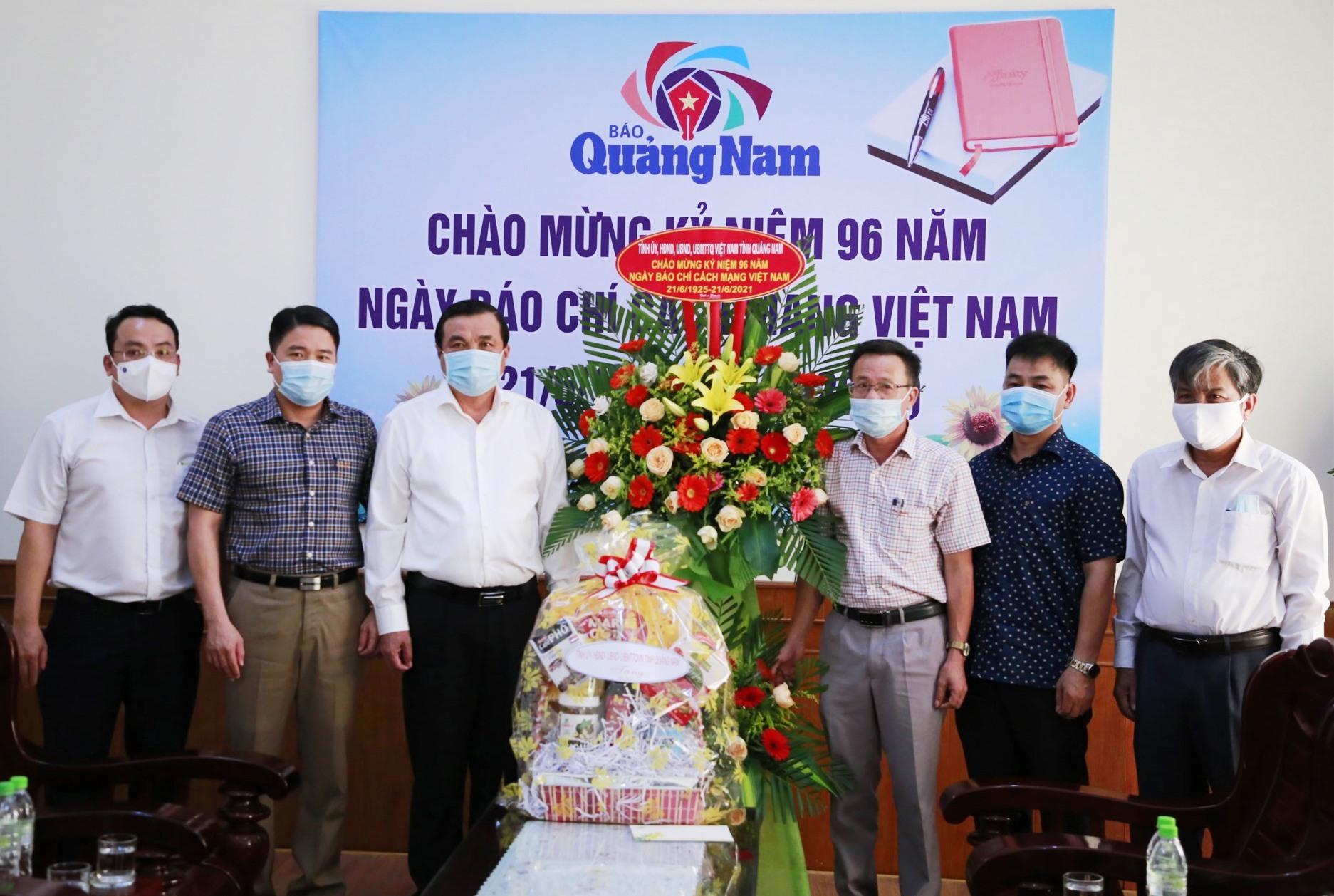 Đồng chí Phan Việt Cường và đoàn công tác tặng lẵng hoa, quà cho tập thể Báo Quảng Nam. Ảnh: T.C