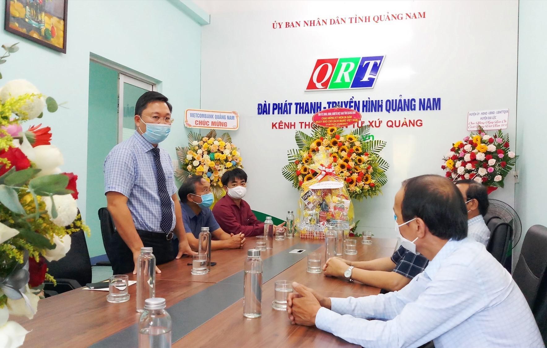 Chủ tịch UBND tỉnh Lê Trí Thanh thăm, chú mừng QRT nhân ngày Báo chí cách mạng Việt Nam. Ảnh: A.N
