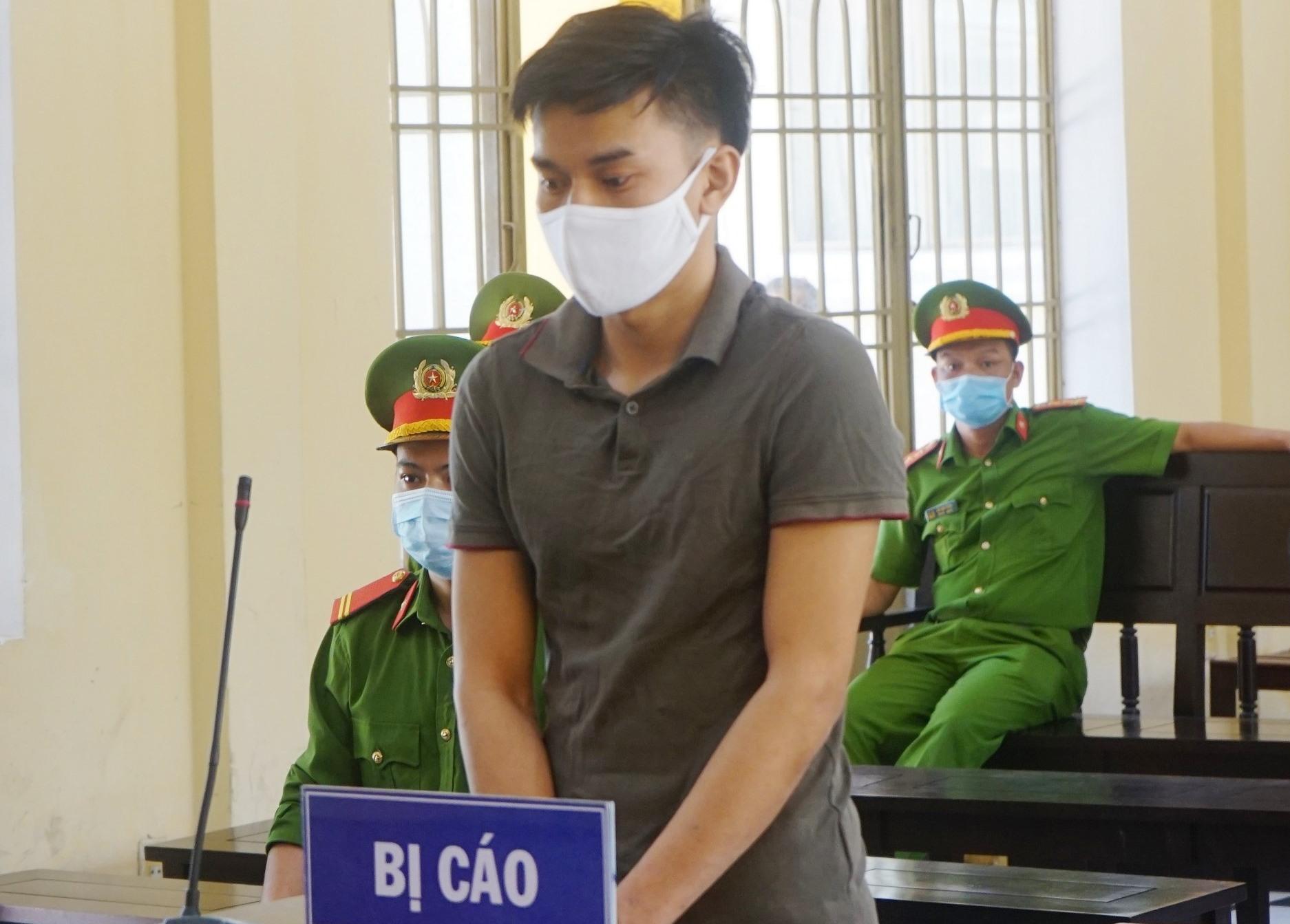 Bị cáo Nguyễn Hồng Huấn tại phiên tòa. Ảnh PHƯƠNG LOAN