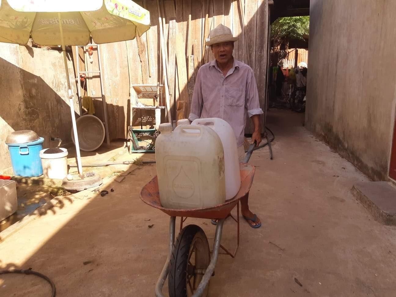 Người dân Đại Hồng đang chật vật với nguồn nước sinh hoạt. Ảnh: HOÀNG LIÊN