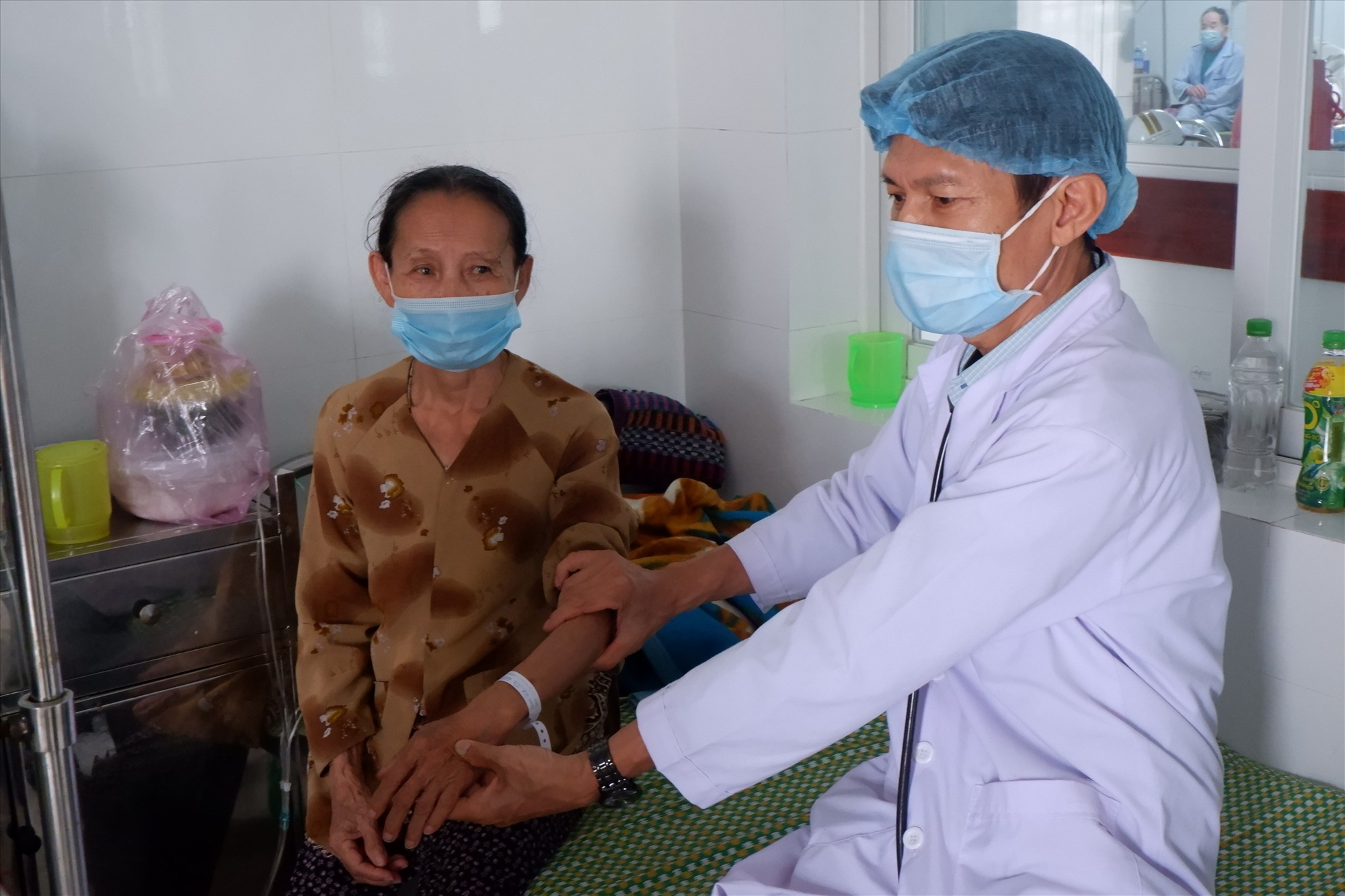 Hiện nhân lực ngành Y tế các tuyến tại Quảng Nam đang gặp nhiều khó khăn. Ảnh: X.H