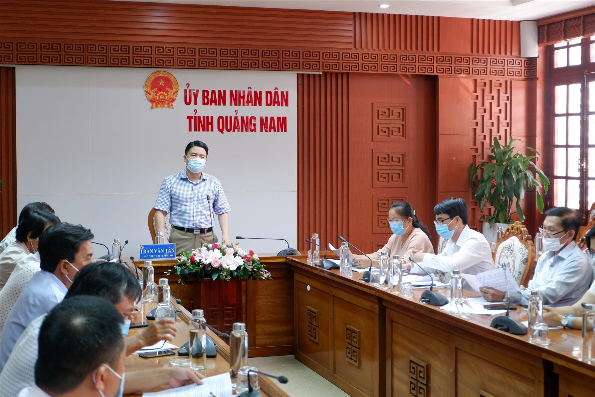 Phó Chủ tịch UBND tỉnh Trần Văn Tân chỉ đạo tại buổi làm việc sáng 22.6. Ảnh: X.H