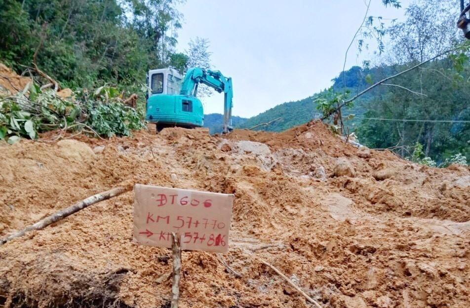 Sạt lở tuyến ĐT606 đoạn qua xã A Xan (Tây Giang) do ảnh hưởng của bão số 5. Ảnh: CTV