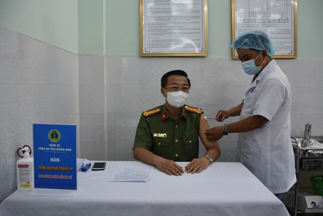 Lãnh đạo Công an tỉnh tham gia tiêm vắc-xin phòng chống dịch bệnh Covid-19. Ảnh: Q.H