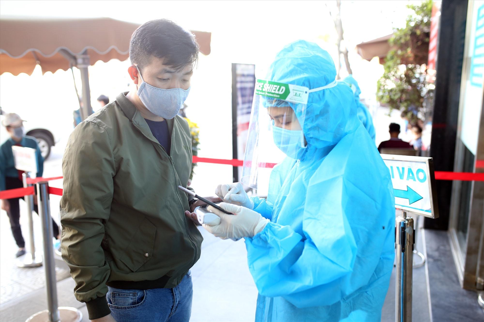 Người điều khiển phương tiện vận chuyển hàng hóa từ vùng dịch đã qua 14 ngày không xuất hiện ca dương tín Covid-19 phải có kết quả xác nhận xét nghiệm âm tính với SARS - CoV - 2 khi đến giao hàng tại Quảng Nam