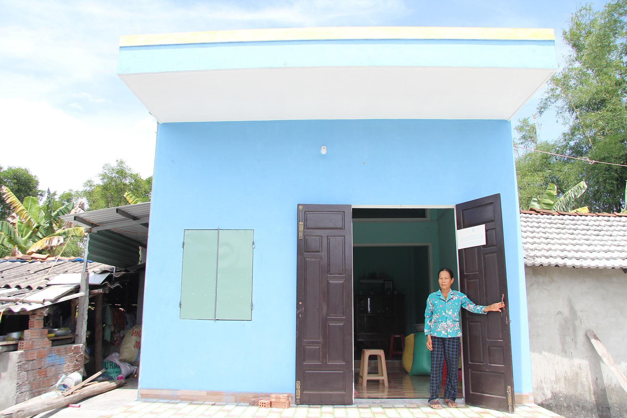 Bà Lê Thị Cứ vui mừng bên ngôi nhà mới của mình. Ảnh: H.Q