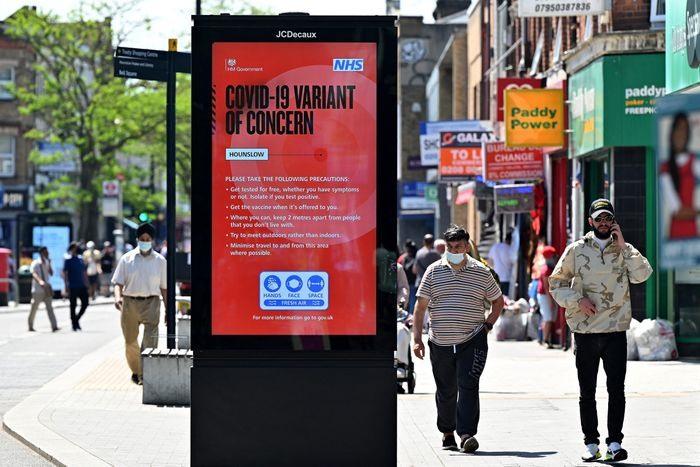 Tấm áp phích trên đường phố London (Anh) cảnh báo về biến thể Delta. Ảnh: gettyimage