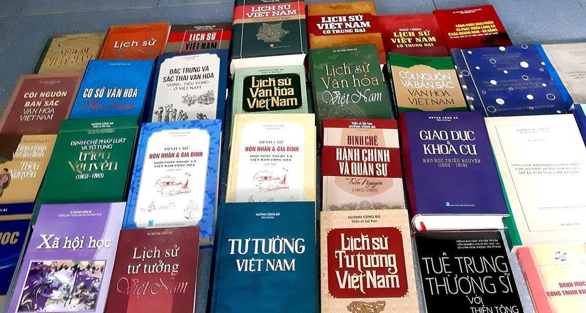Những công trình nghiên cứu đồ sộ và giá trị của tiến sĩ Huỳnh Công Bá đã in thành sách. Ảnh: PHẠM ĐỨC, nguồn Tuoitre.vn