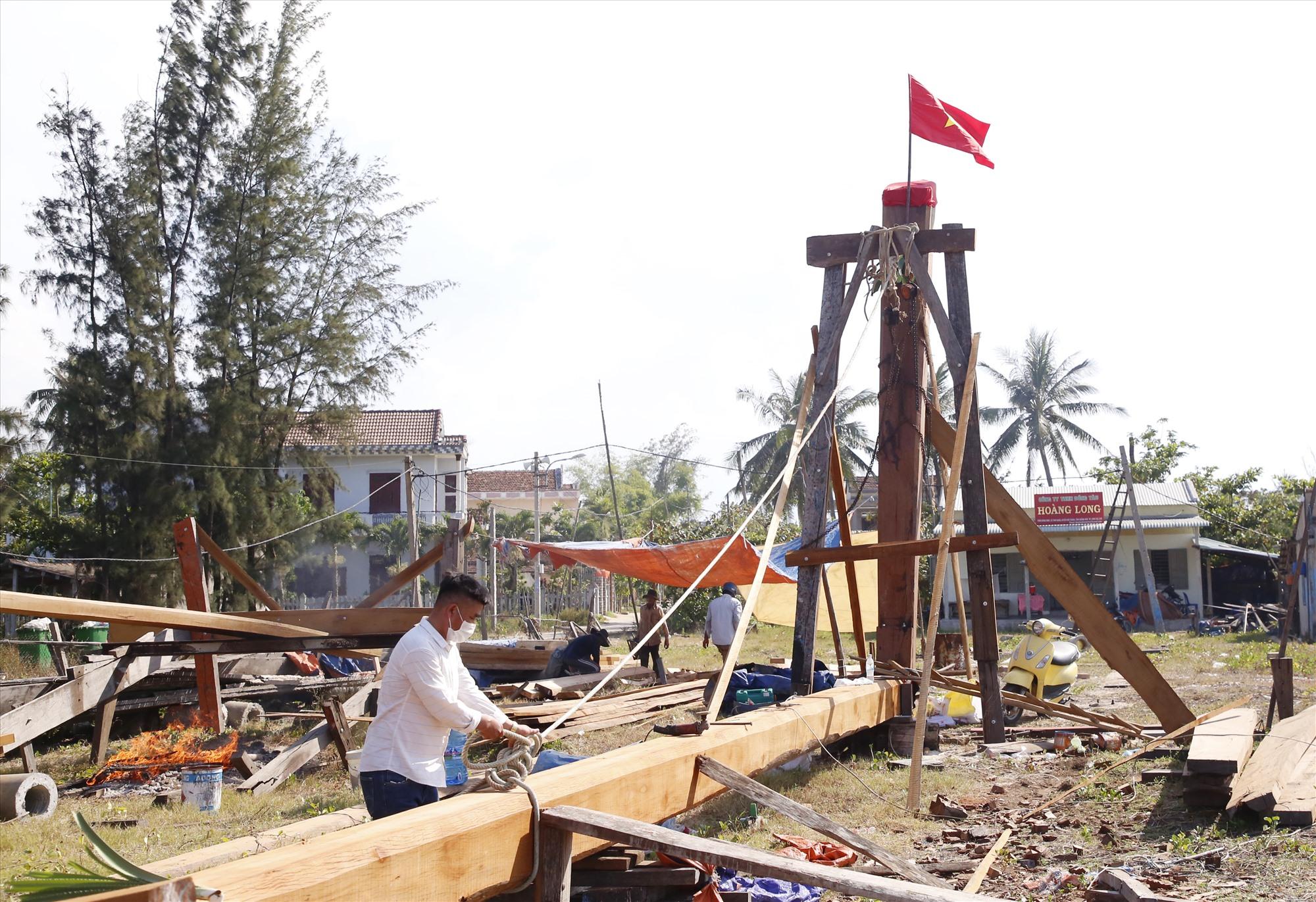 Vay từ quỹ hỗ trợ ngư dân và người thân, anh Bé đang gấp rút đóng một con tàu mới để tiếp tục vươn khơi.