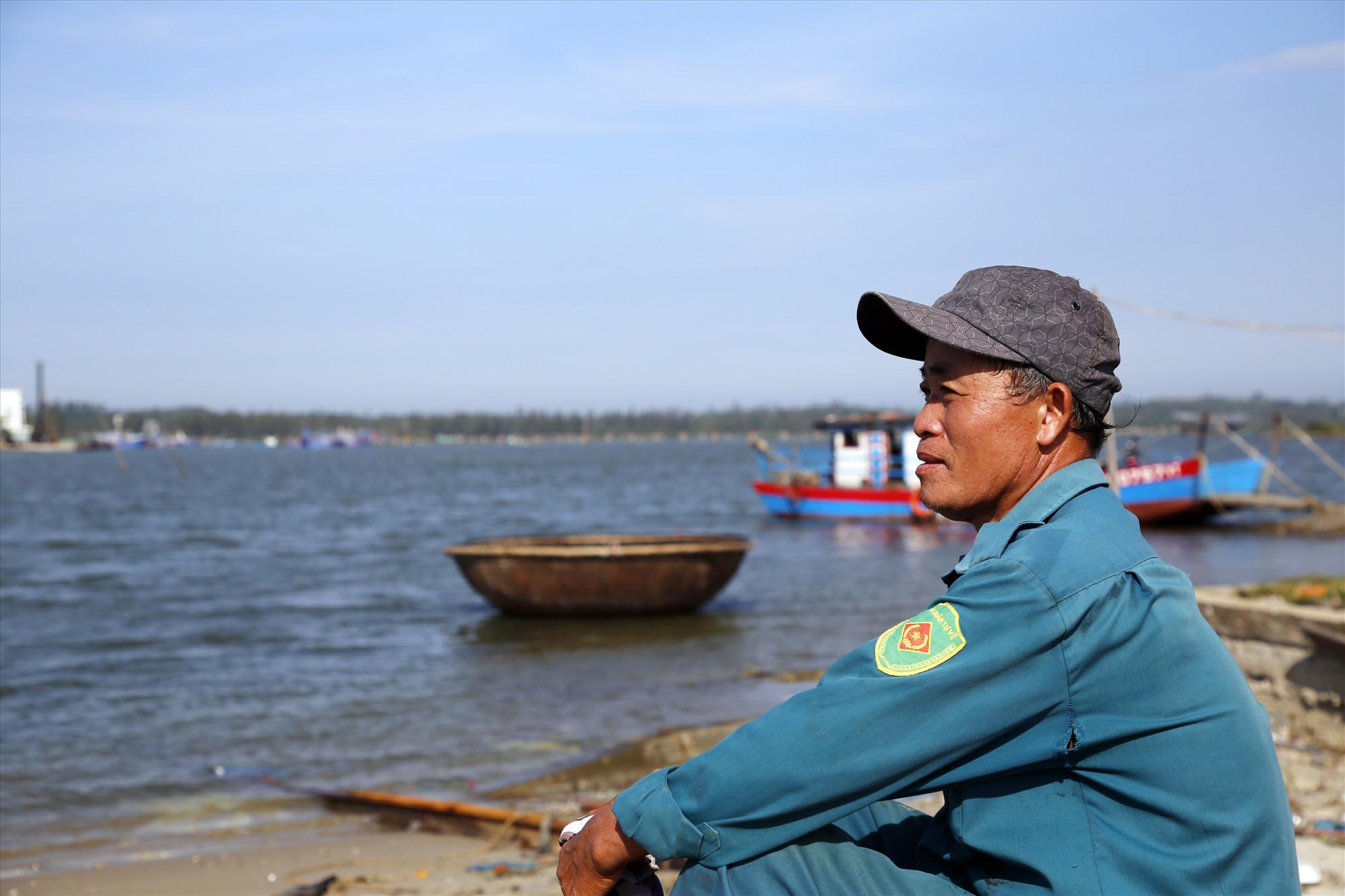 Ông Nguyễn Văn Thịnh là một ngư dân dạn dày sóng gió. Ảnh: T.C