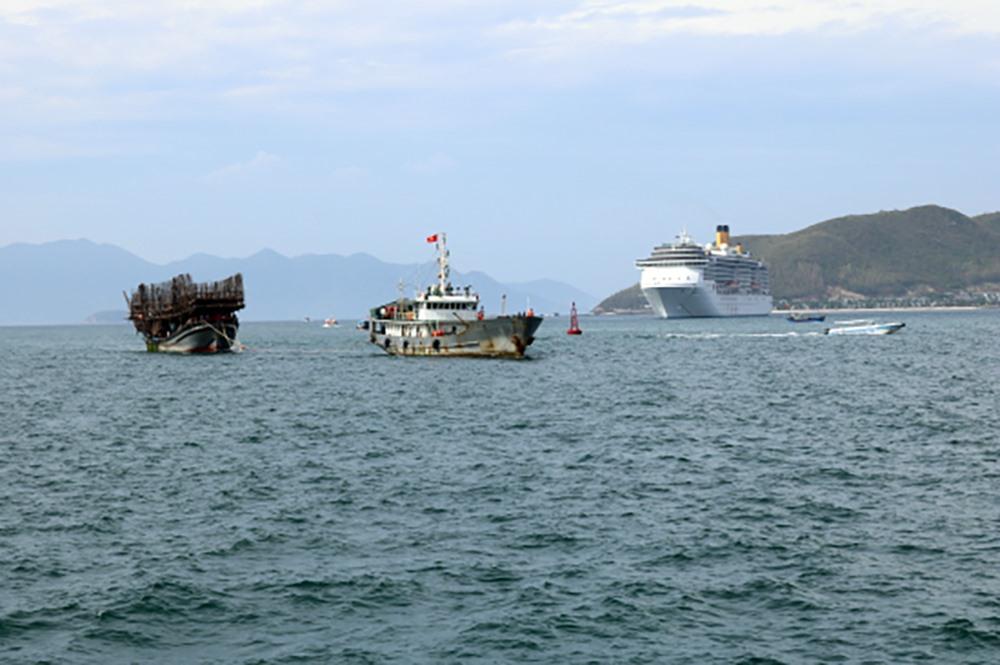 Tàu QNa-90839TS từng bị hỏng máy trôi dạt, được lai dắt vào Khánh Hòa vào năm 2018. Ảnh: H.A