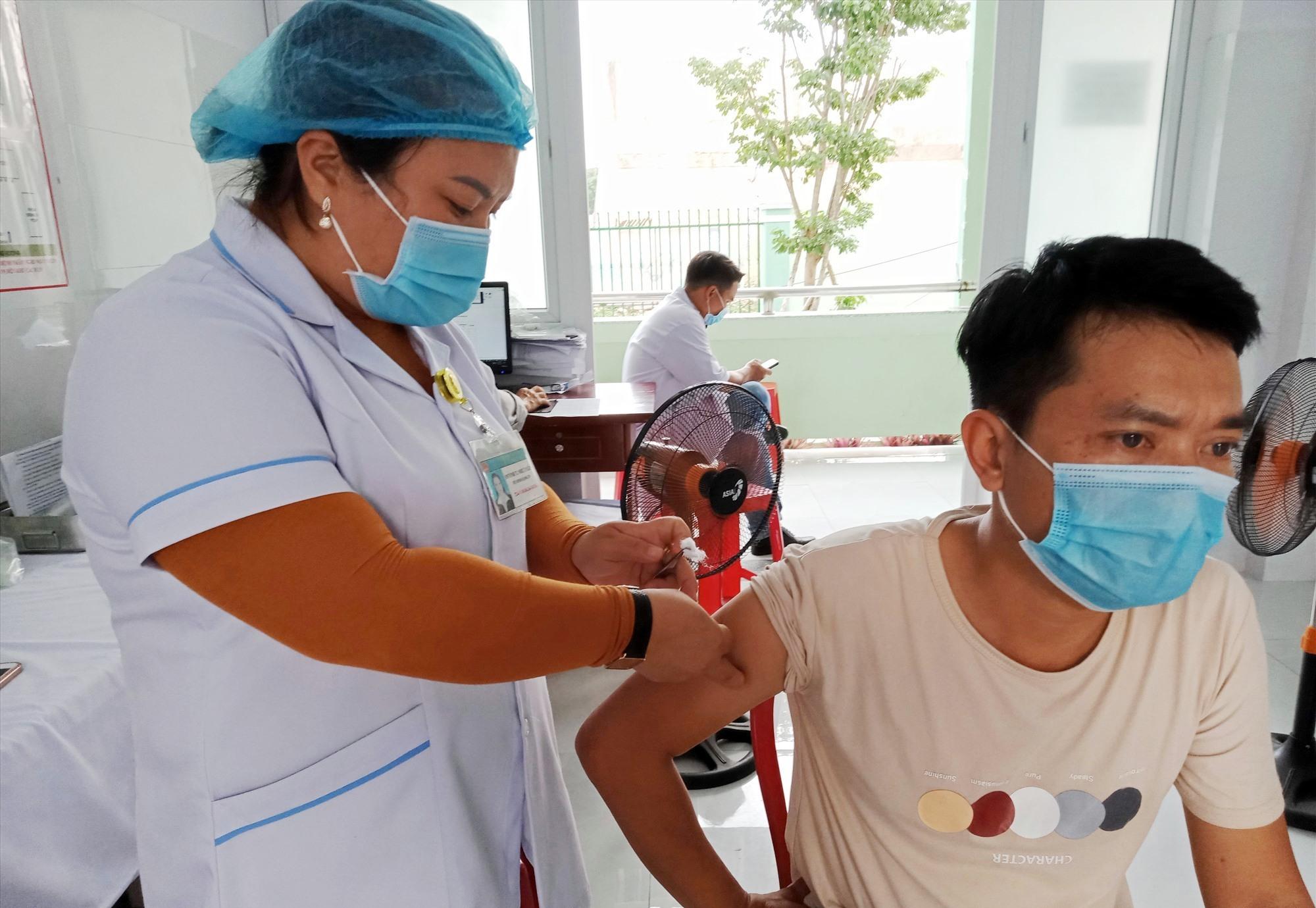 Hiệp Đức triển khai tiêm vắc xin Covid-19 đợt 2. Ảnh: VĂN MINH