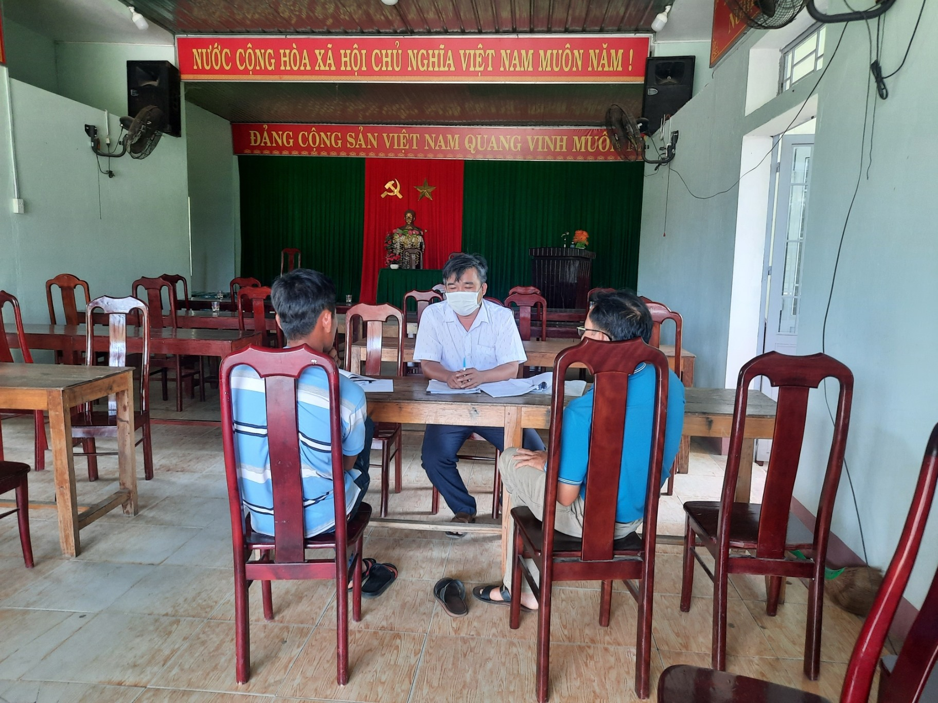 Phú Ninh sẽ mạnh tay đối với các đối tượng khai thác vàng trái phép trên đất rừng sản xuất. (Trong ảnh: Ngày 23.6, Cơ quan chuyên môn huyện Phú Ninh làm việc, lập biên bản vi phạm đối với các hộ dân có hoạt động san gạc, lấy đất để làm vàng trái phép trên đất lâm nghiệp)