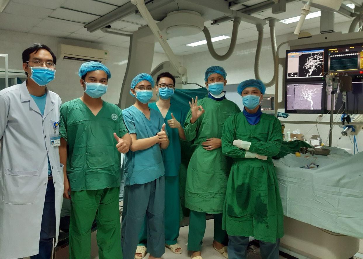 Ekip can thiệp tim mạch của Bệnh viện Đa khoa Quảng Nam phẫu thuật thành công ca bệnh thông qua việc hỗ trợ hội chẩn từ Bệnh viện Chợ Rẫy TP.Hồ Chí Minh. Ảnh: Q.T