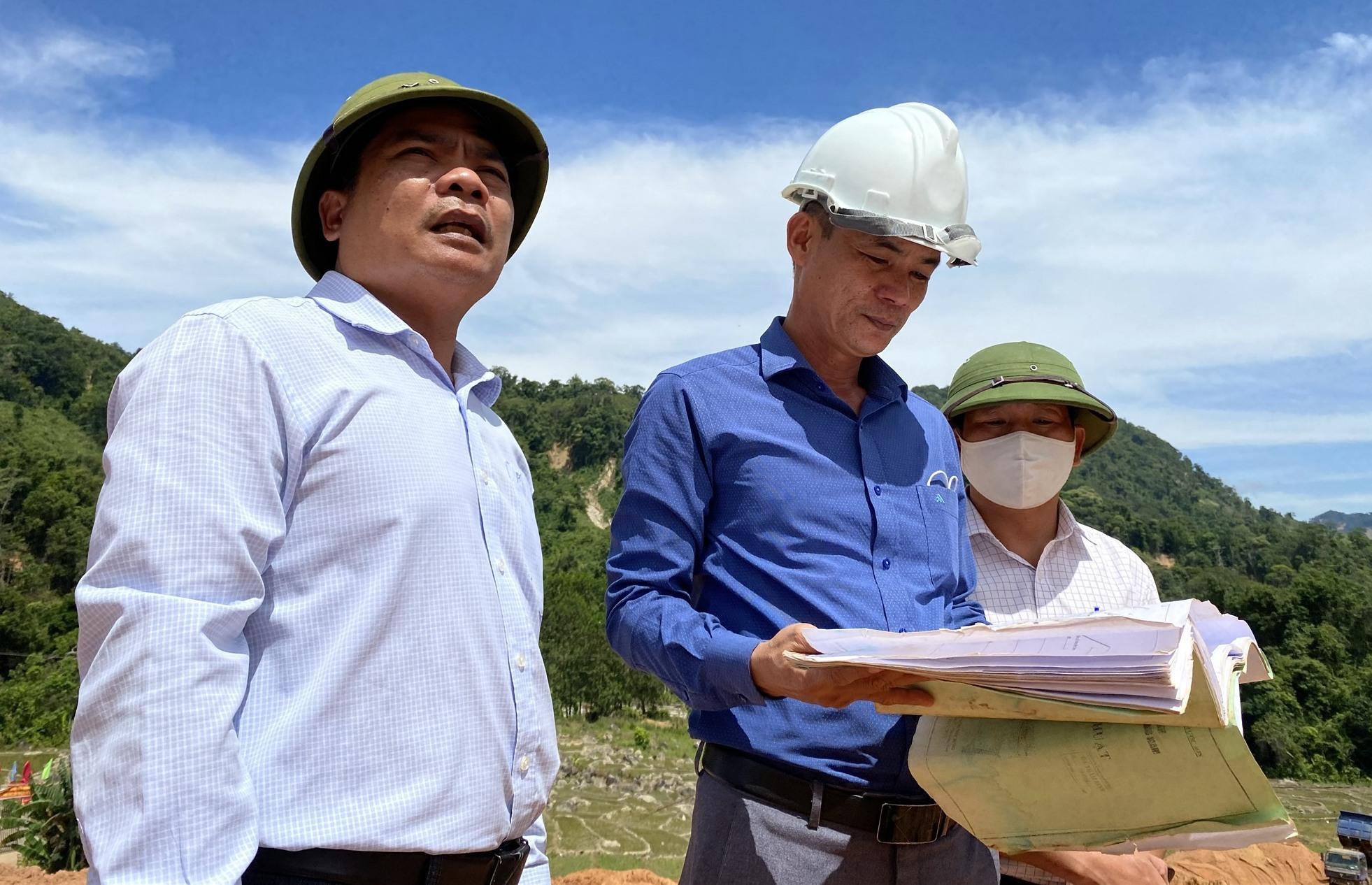 Bí thư huyện ủy Đoàn Văn Thông và CT. UBND huyện Lê Quang Trung thường xuyên kiểm tra, đôn đốc thi công tại các khu TĐC