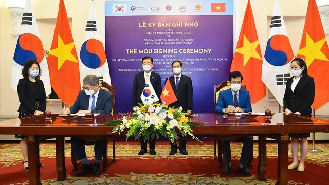 Hai Bộ trưởng Ngoại giao chứng kiến lễ ký Bản ghi nhớ về Chương trình ứng phó COVID-19 giữa Viện vệ sinh dịch tễ Trung ương và Cơ quan hợp tác quốc tế Hàn Quốc (Ảnh: VGP)