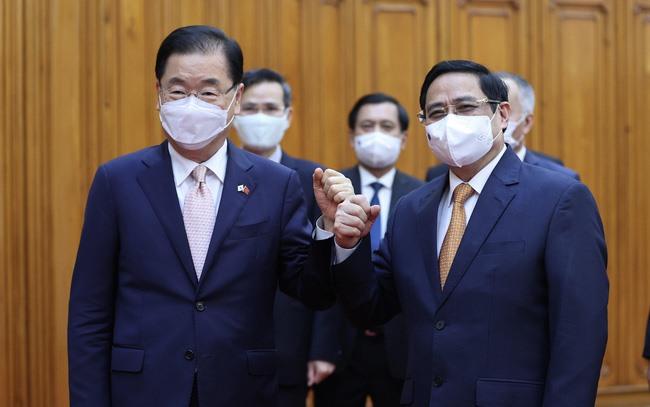 Thủ tướng Chính phủ Phạm Minh Chính và Bộ trưởng Ngoại giao Hàn Quốc Chung Eui Yong (Ảnh: TTXVN)