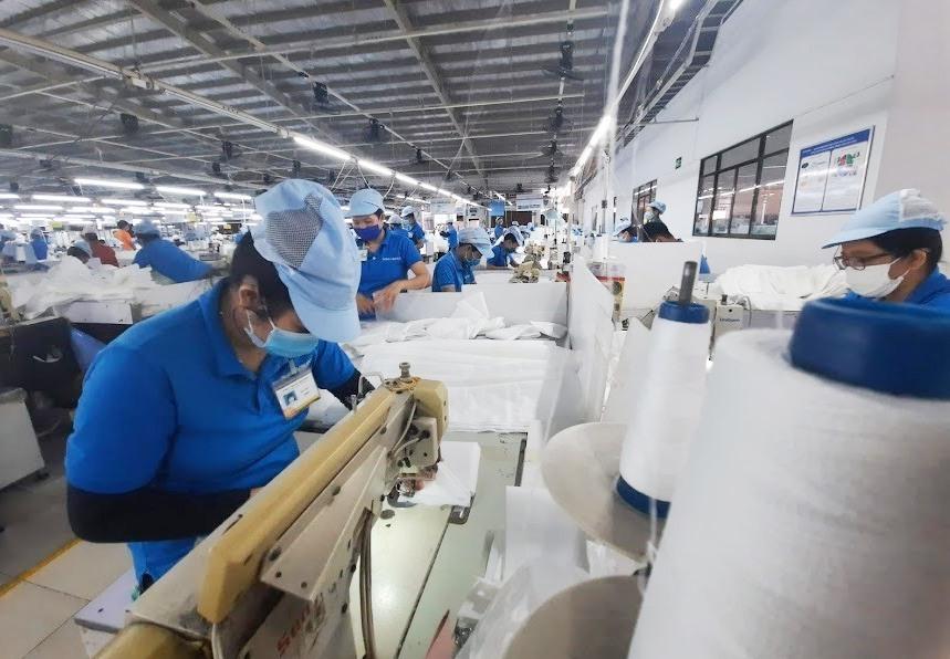 Các doanh nghiệp cần làm tốt phòng, chống dịch và đánh giá nguy cơ lây nhiễm dịch bệnh Covid-19 tại nơi làm việc và ký túc xá cho người lao động. Ảnh: H.Đ